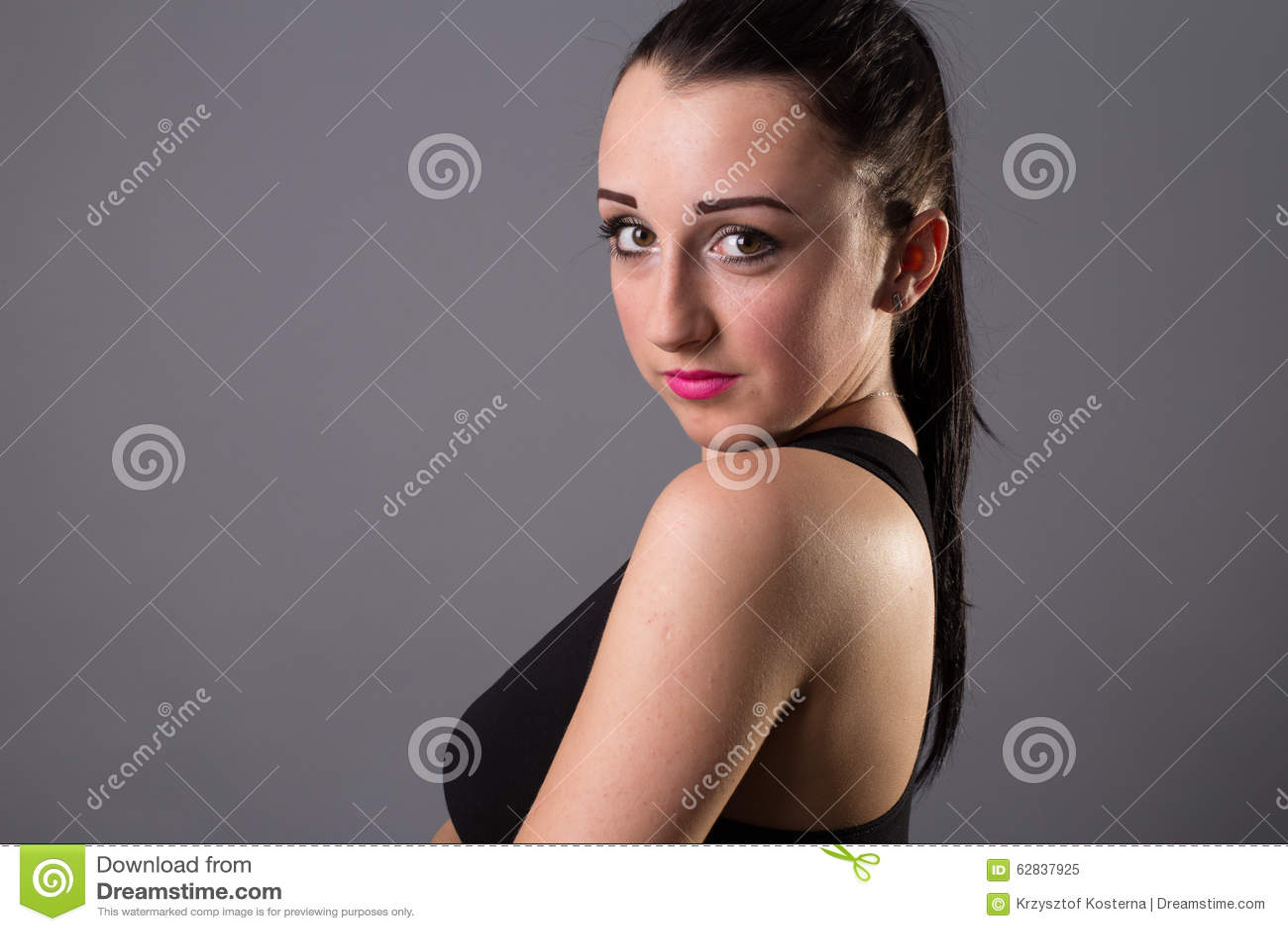 Menina bonita dos retratos no estúdio