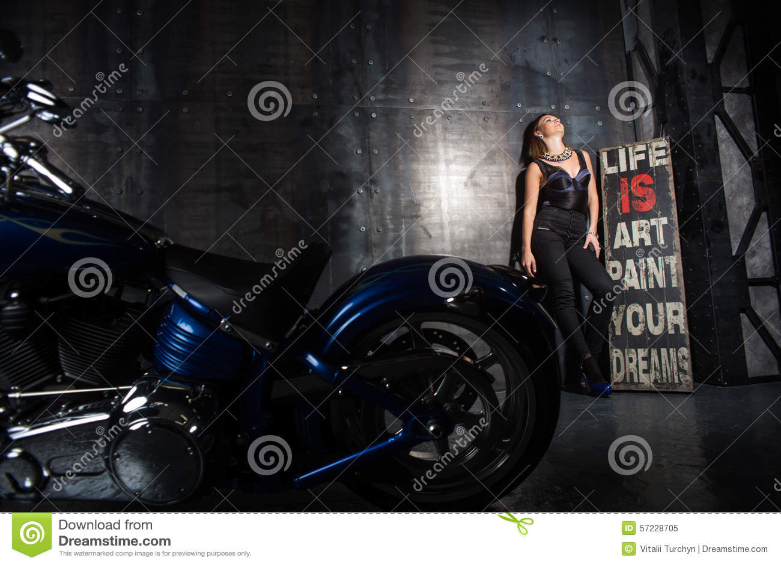 Menina bonita e uma motocicleta