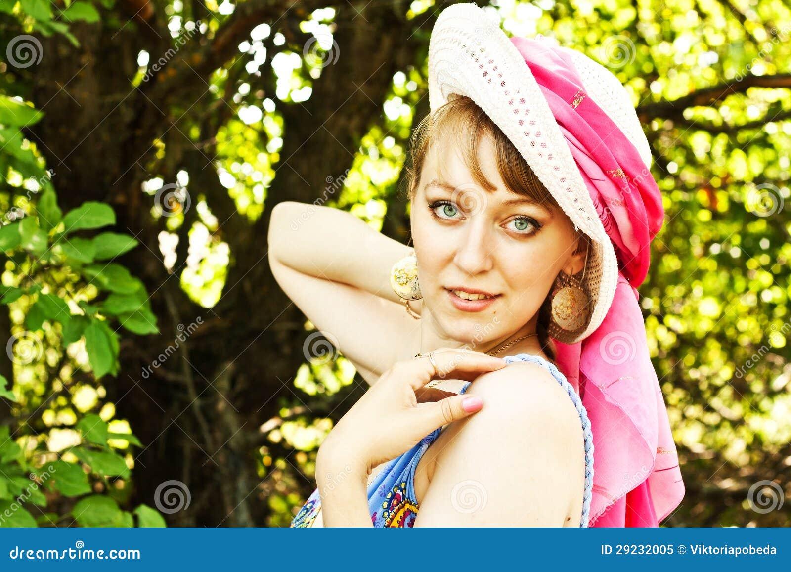 Download Menina bonita em um chapéu imagem de stock. Imagem de nana - 29232005