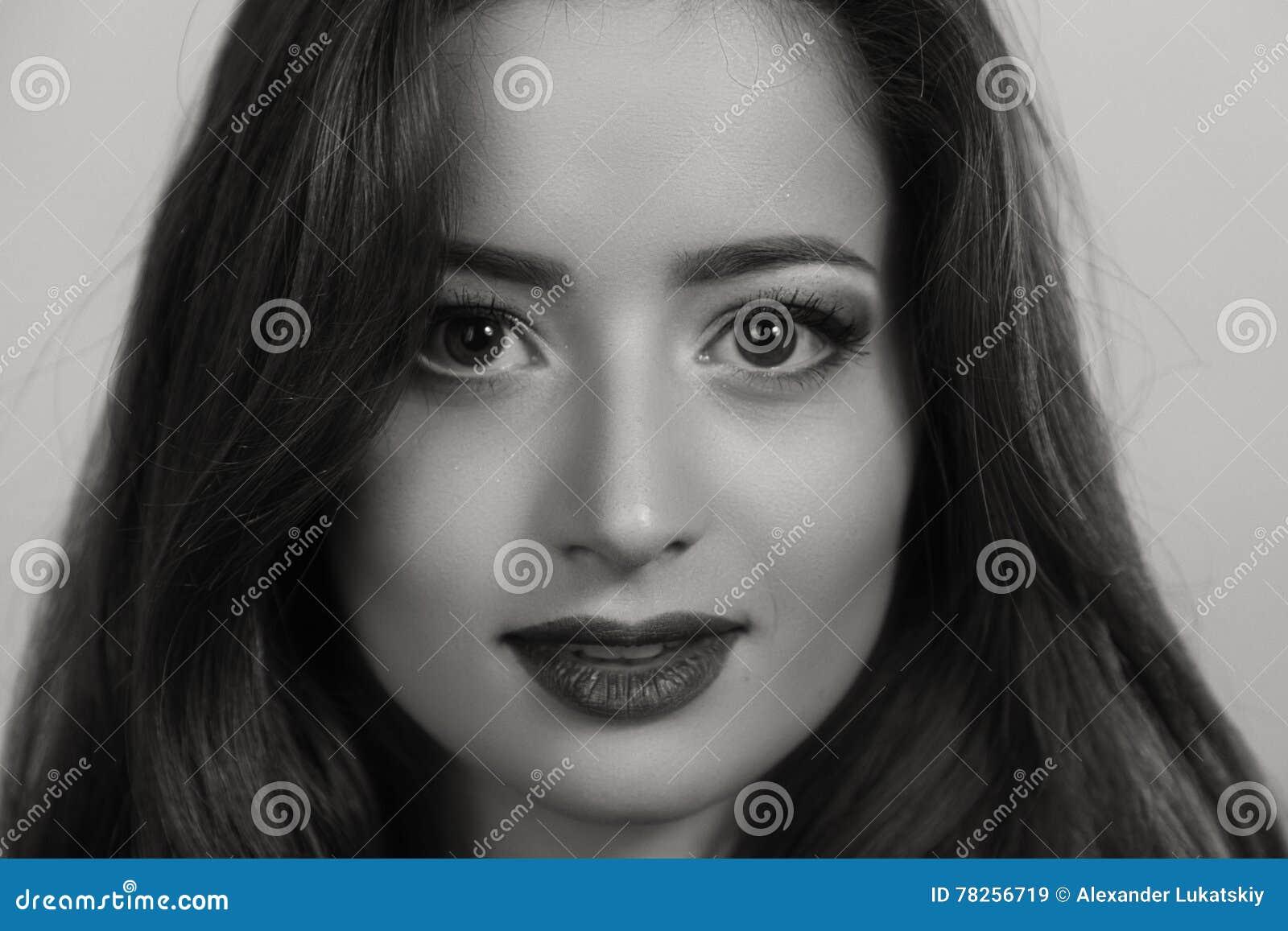 Menina bonita em um fundo escuro