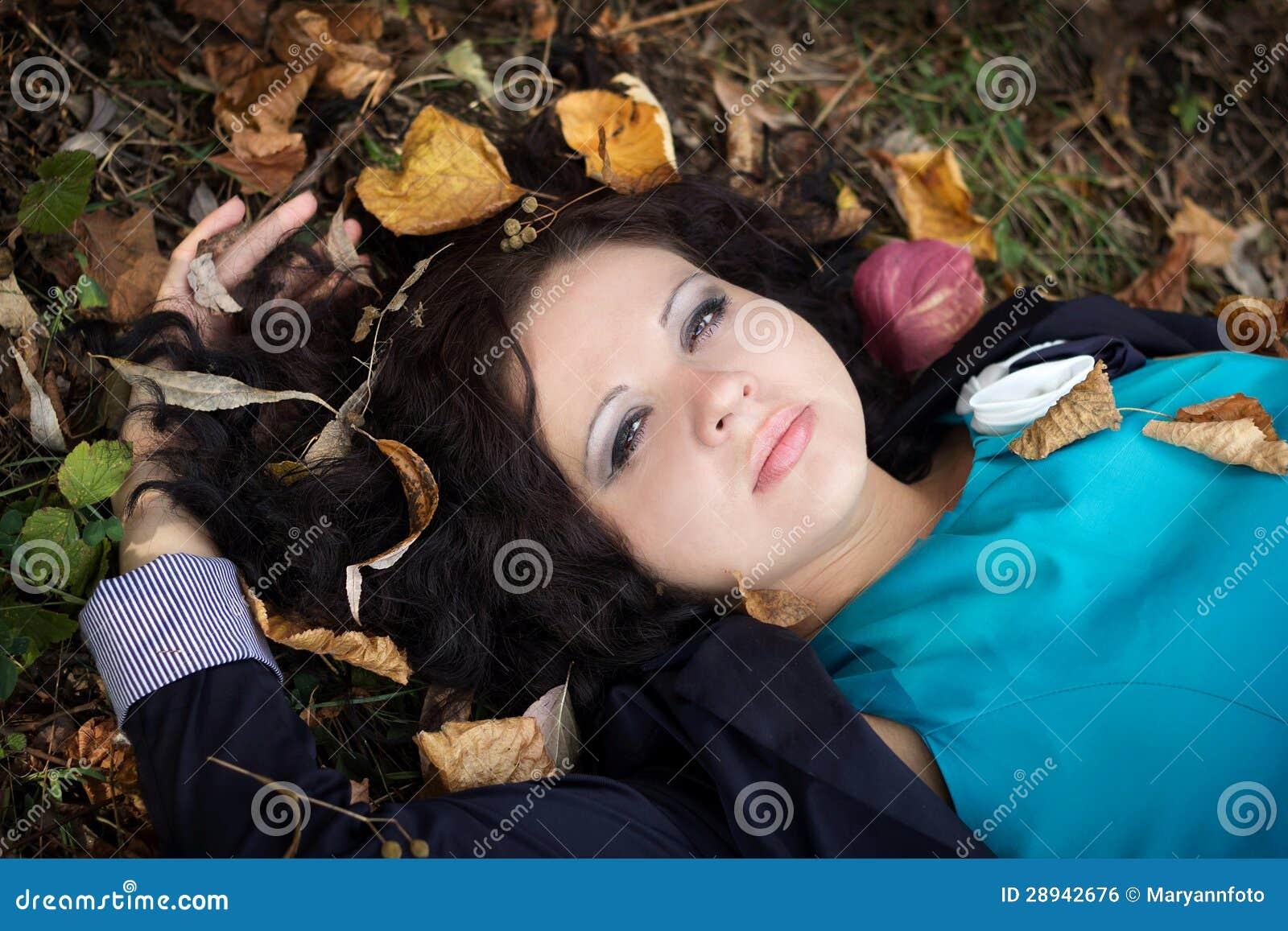 A menina bonita encontra-se em uma grama