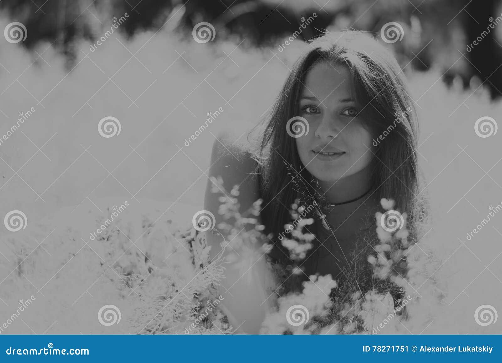 Menina bonita entre campos de flor