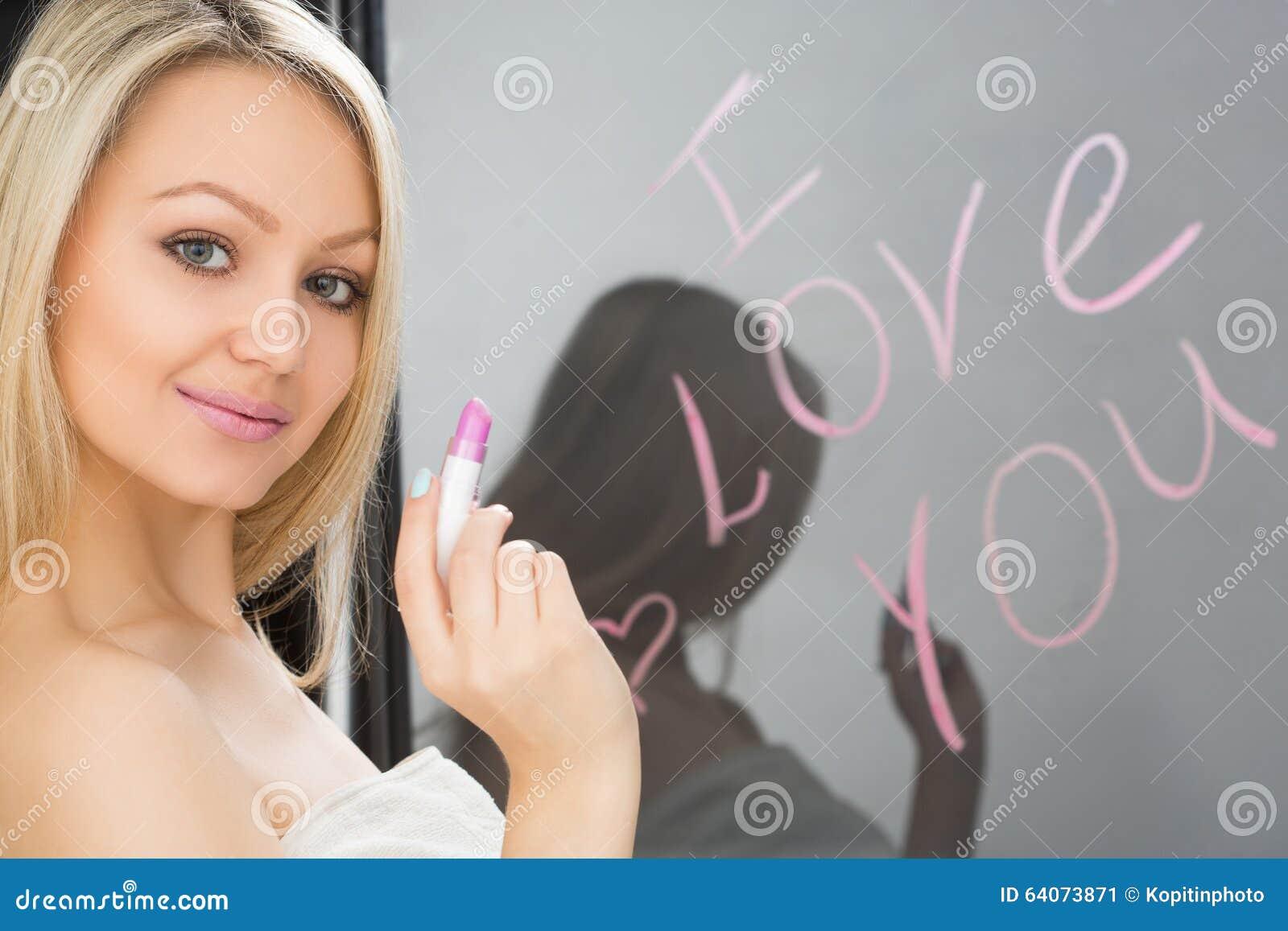 Menina bonita escrita em um espelho no batom, I