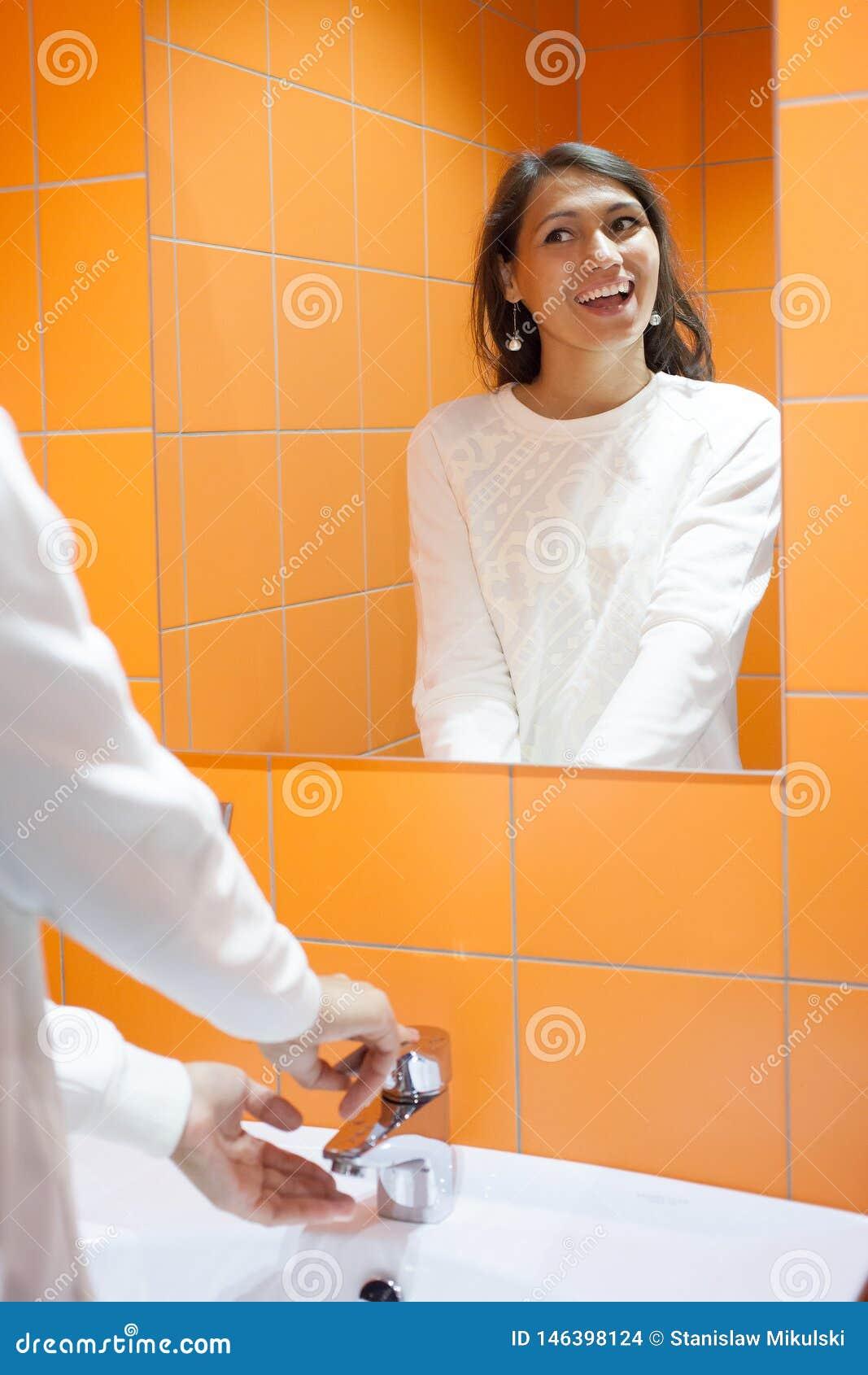 A menina bonita lava suas mãos Higiene