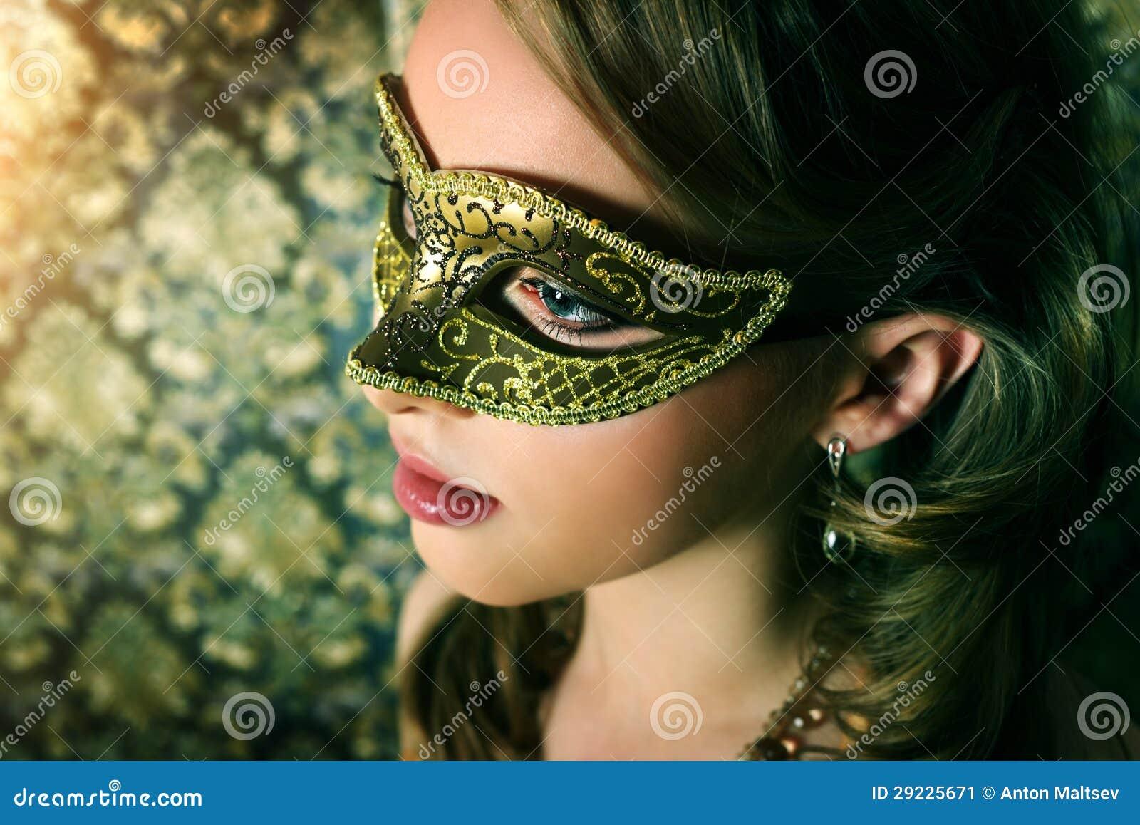 Download Menina Bonita Na Máscara Do Carnaval Imagem de Stock - Imagem de escuro, carnival: 29225671
