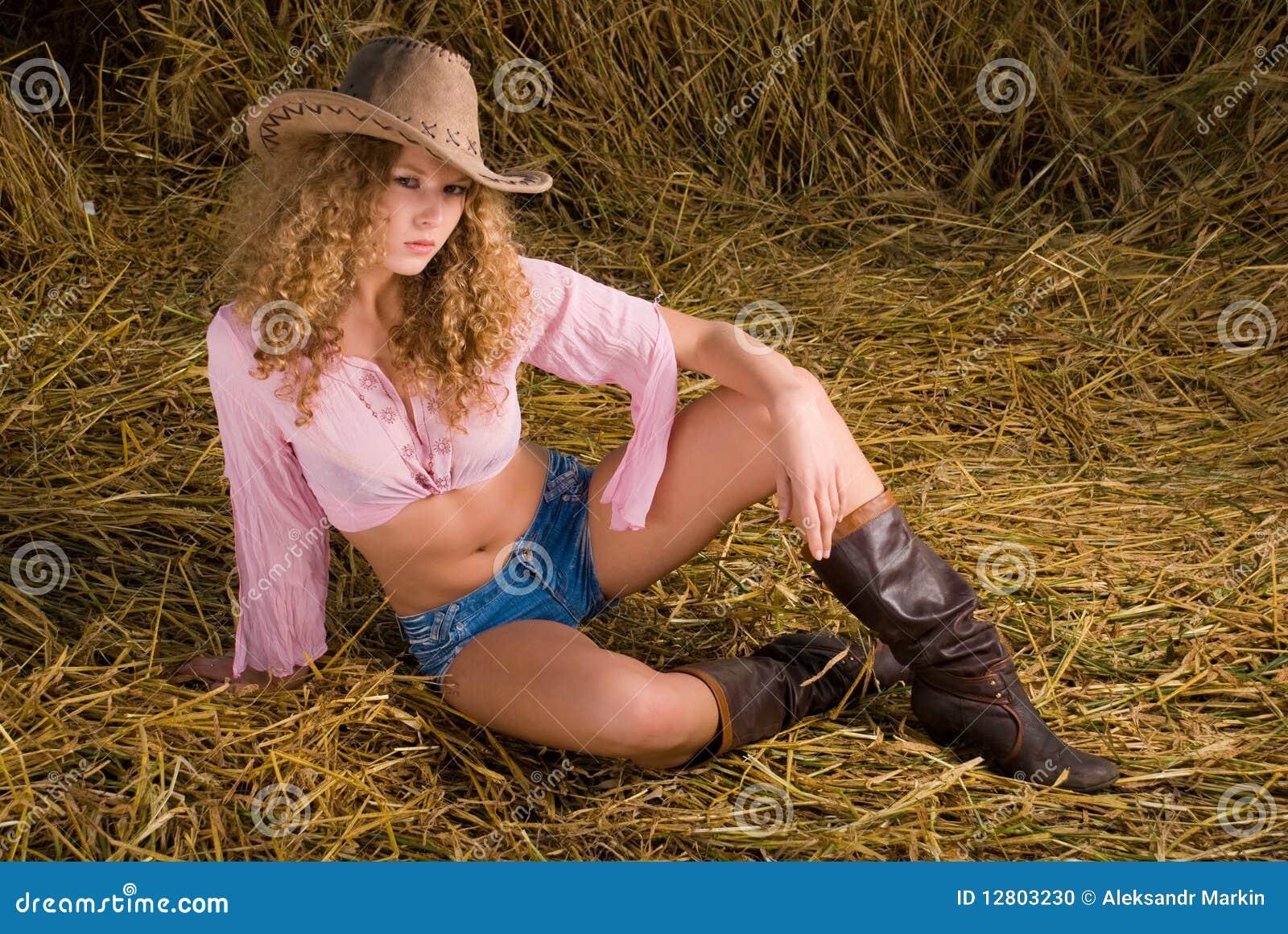 Menina bonita na roupa do cowboy