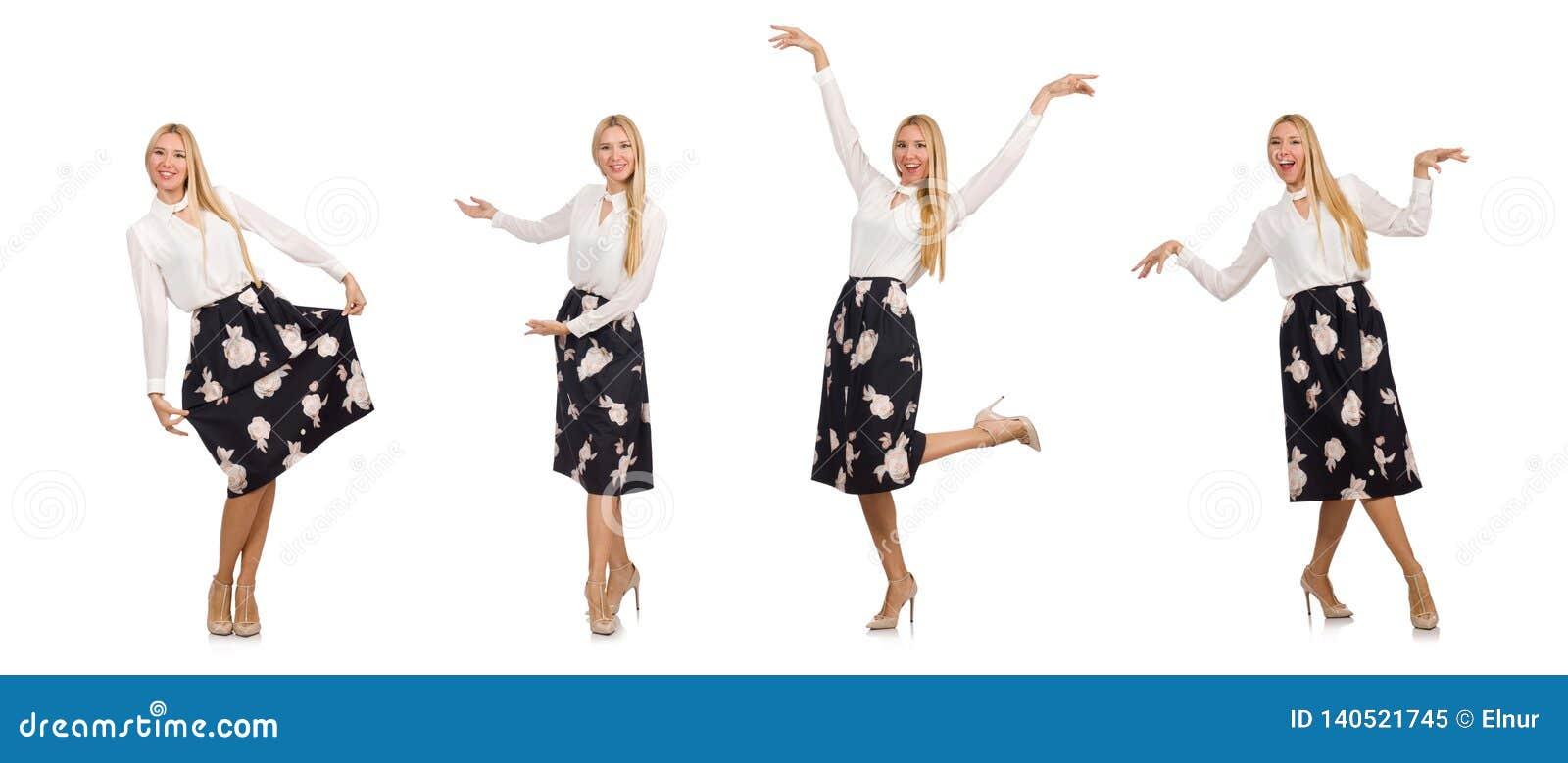 A menina bonita na saia preta com as flores isoladas no branco