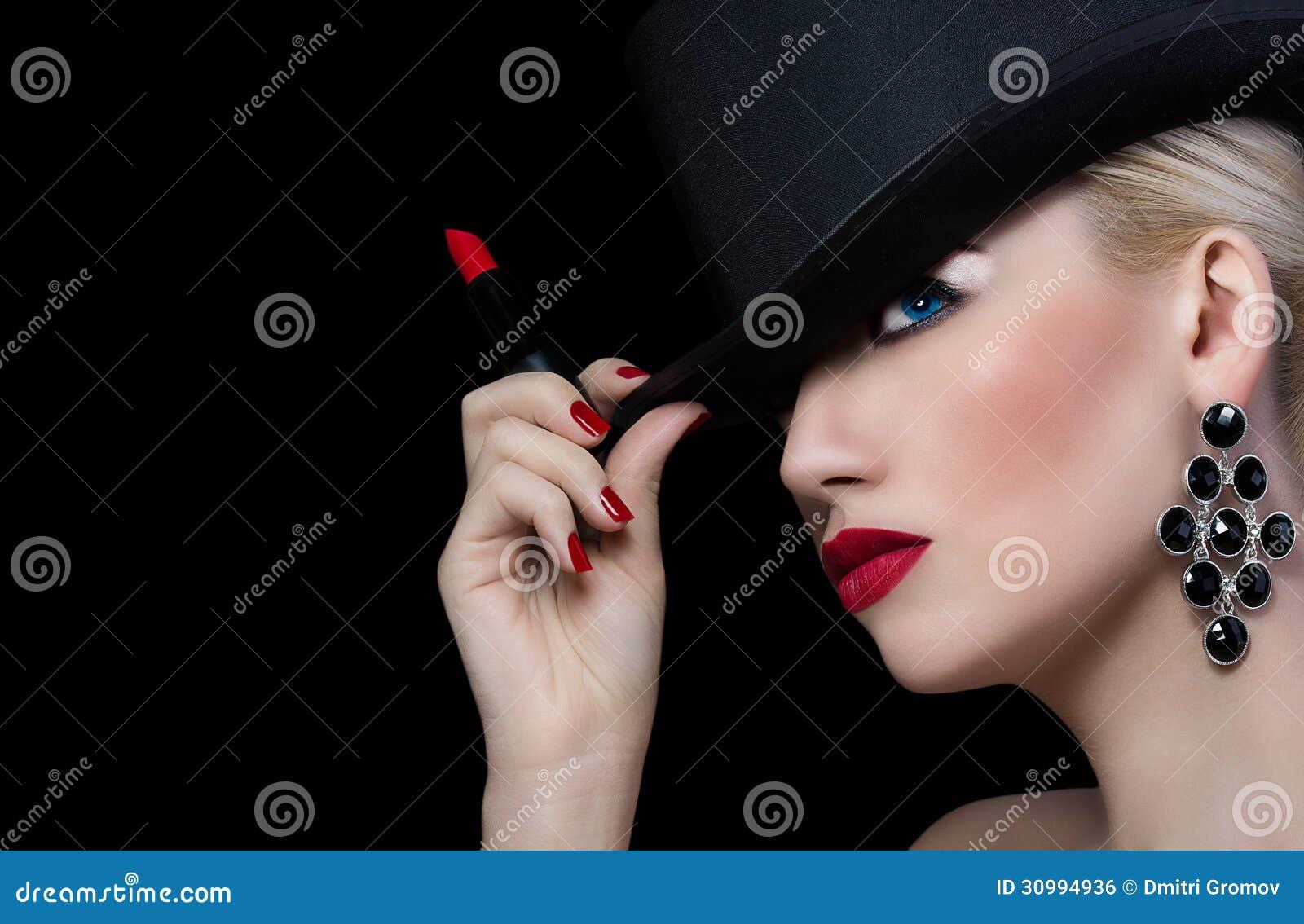 Menina bonita no chapéu com batom vermelho