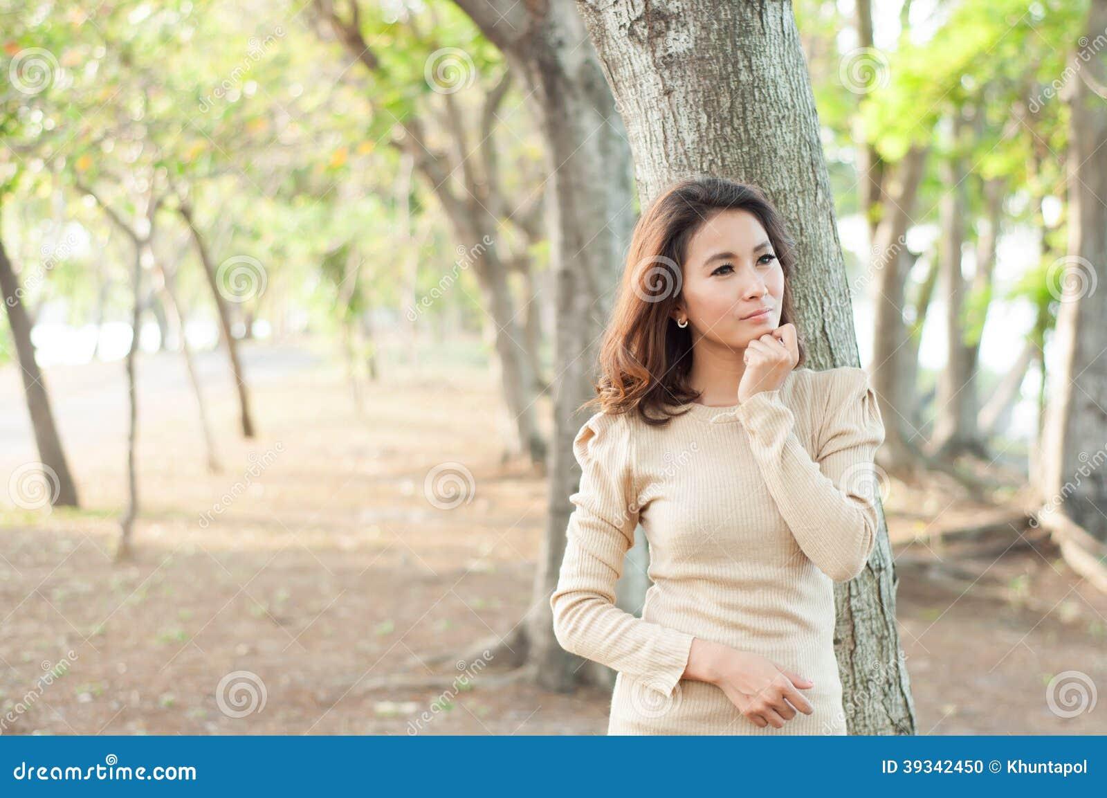 Menina bonita no conceito da forma da mostra do jardim