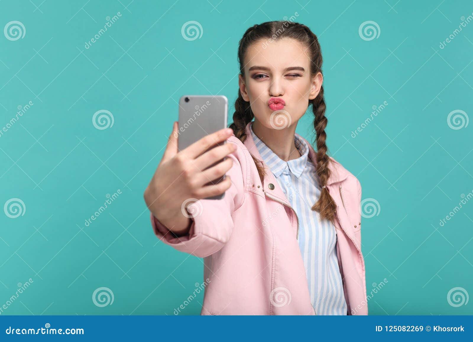 Menina bonita no estilo ocasional ou do moderno, penteado da trança, st