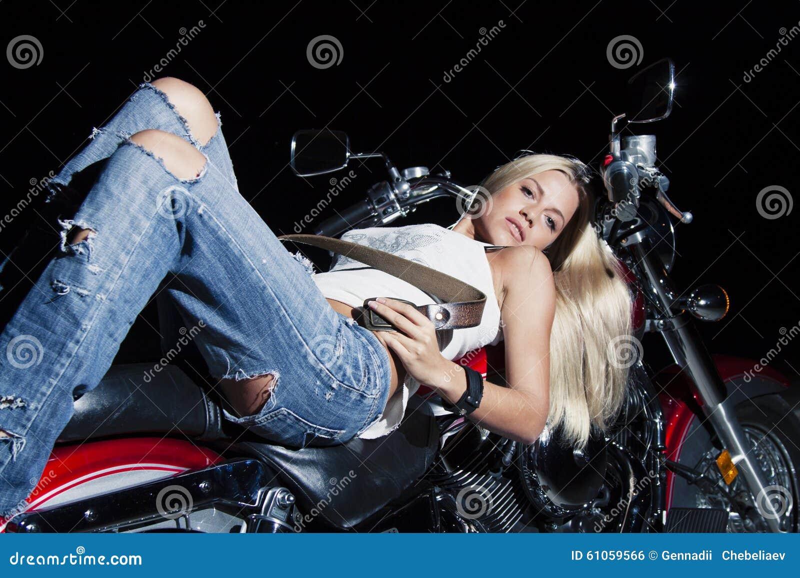 Menina bonita nova com uma motocicleta