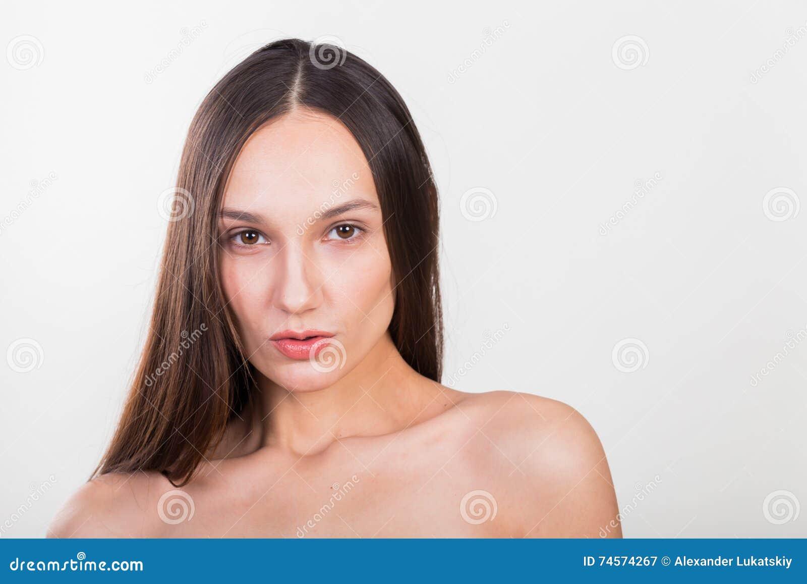 Menina bonita nova em um fundo claro
