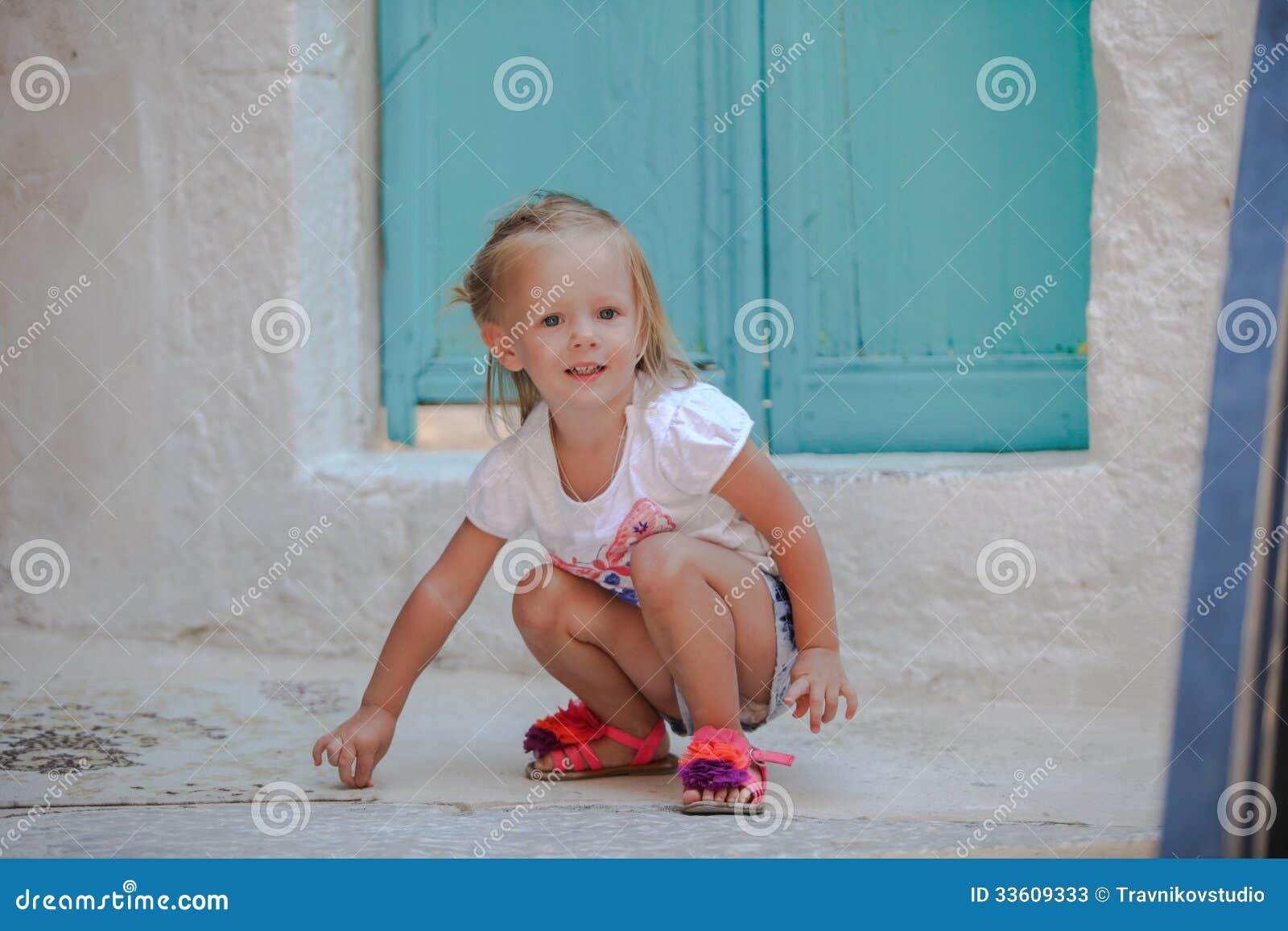 A menina bonita pequena anda com o velho