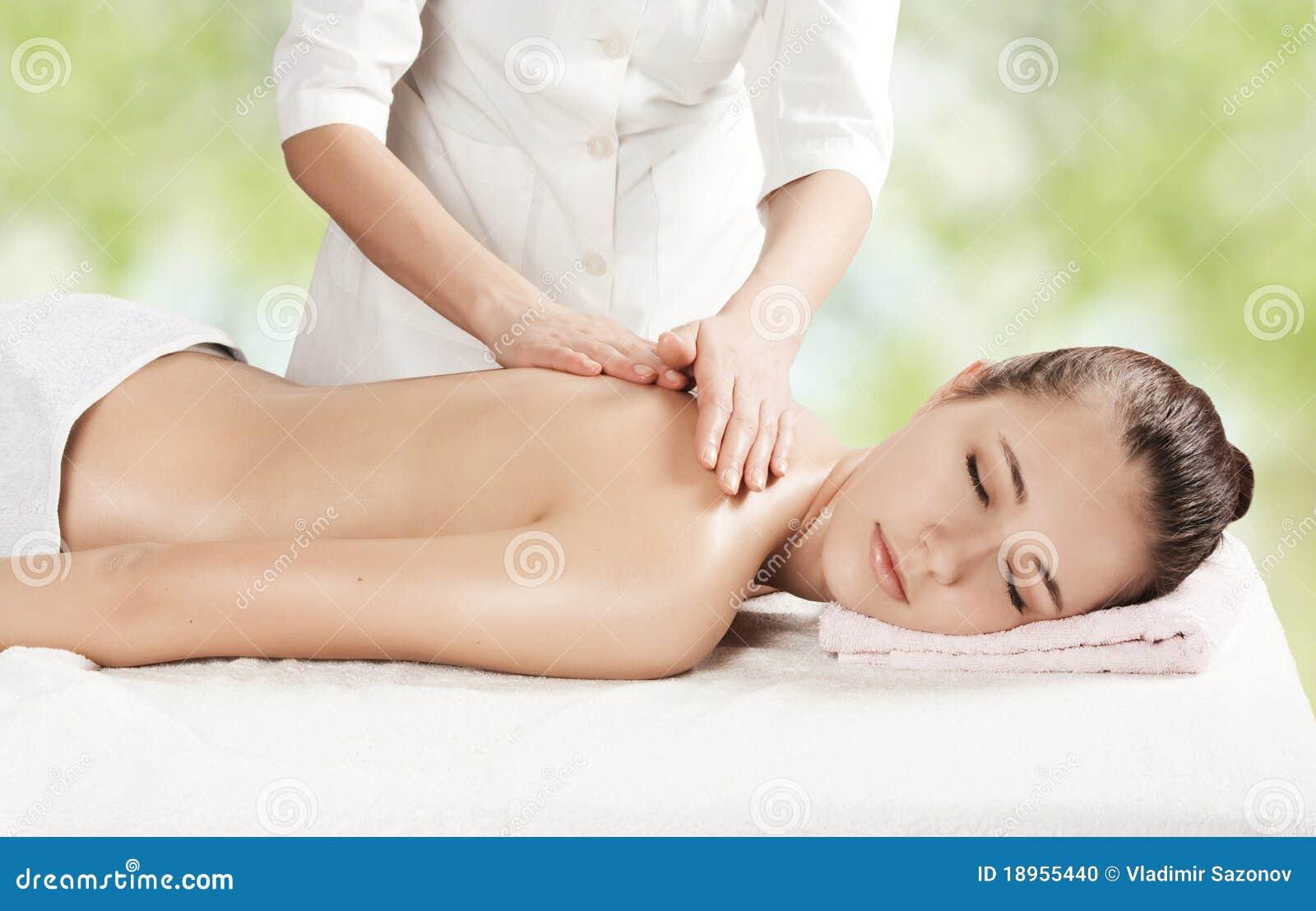 Menina bonita que começ uma massagem