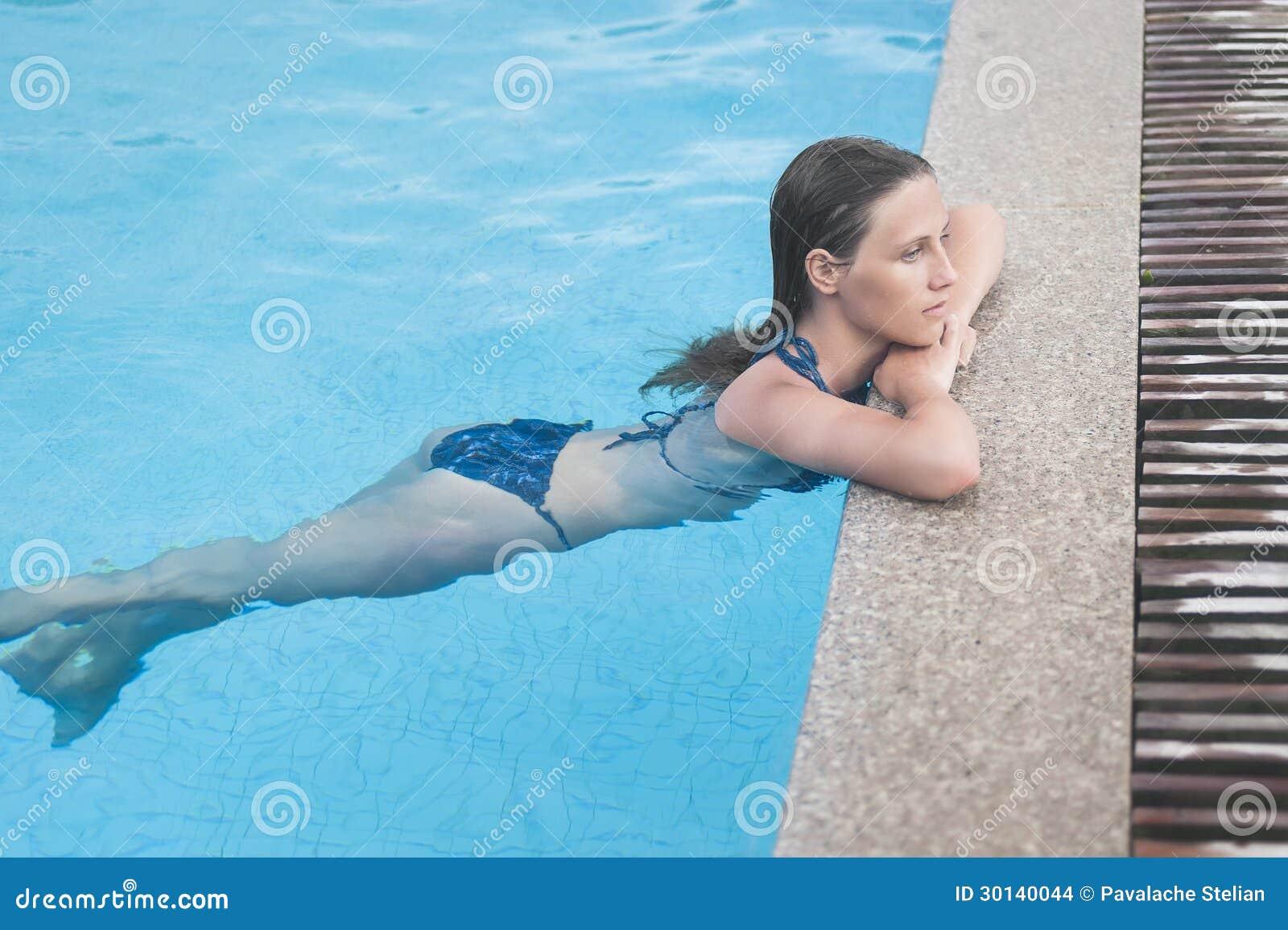 Menina bonita que descansa na piscina imagens de stock imagem 30140044 - Business plan piscina ...