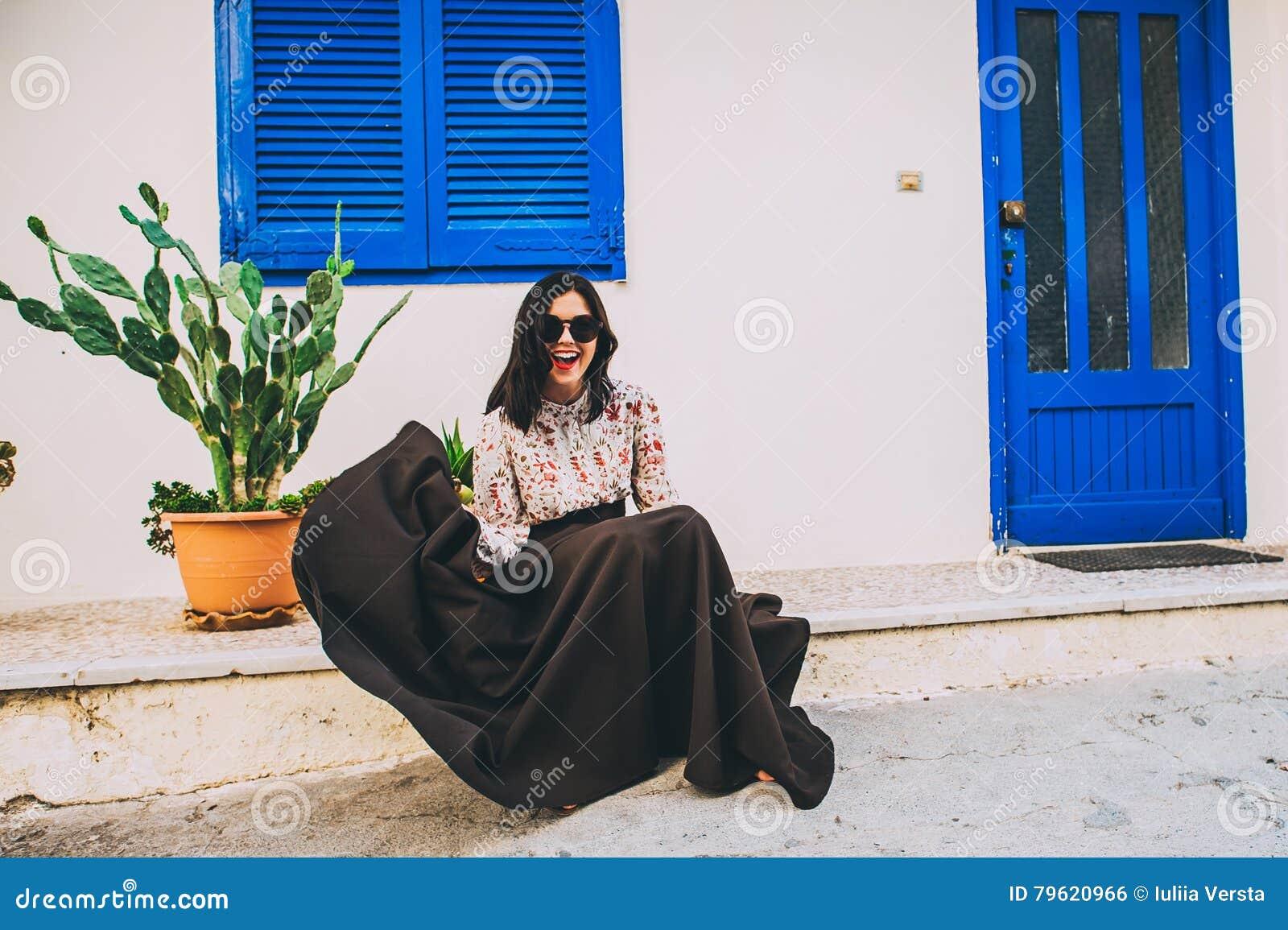 Menina bonita que descansa no terraço