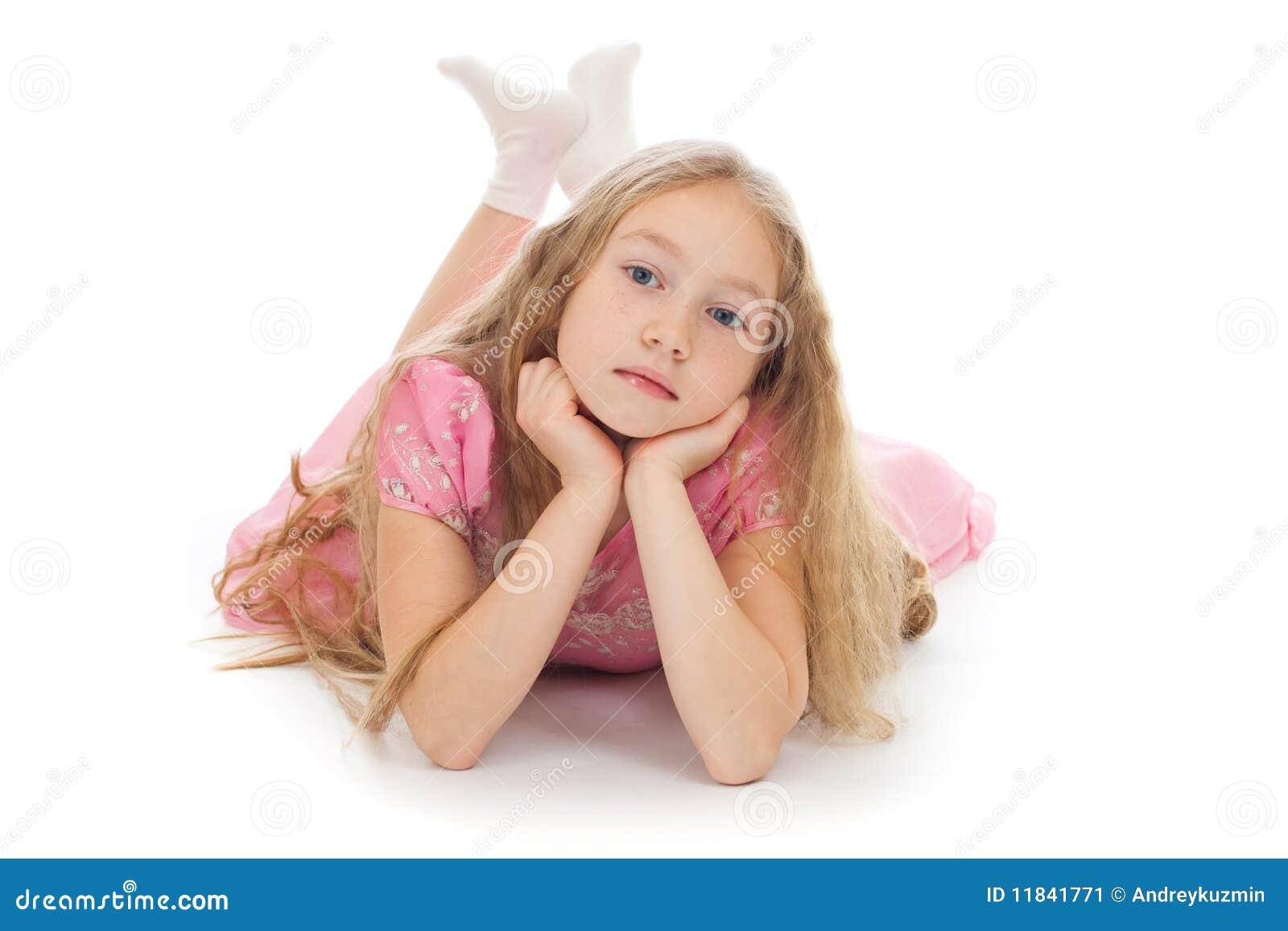 Menina bonita que encontra-se no assoalho isolado no estúdio