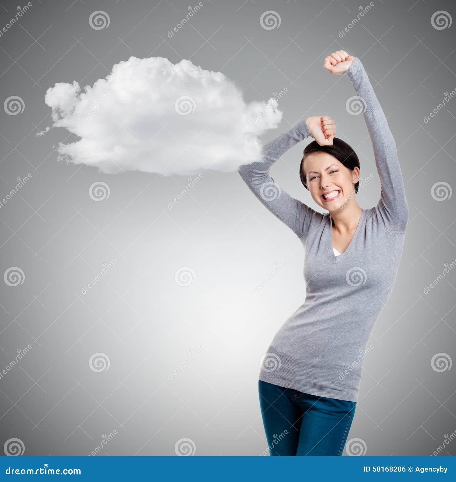 A menina bonita que gesticula os punhos triunfais está feliz
