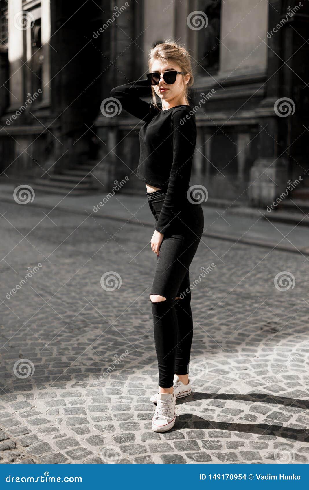 Menina bonita que levanta dentro na rua velha Conceito da juventude e da beleza