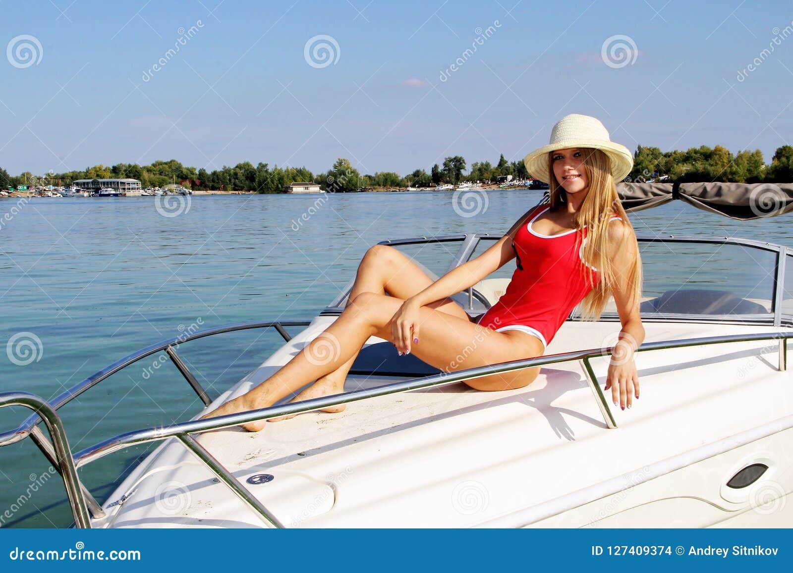 Menina bonita que levanta em um barco de prazer
