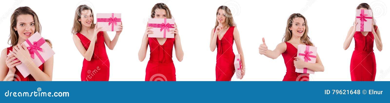 A menina bonita que mantém a caixa de presente isolada no branco