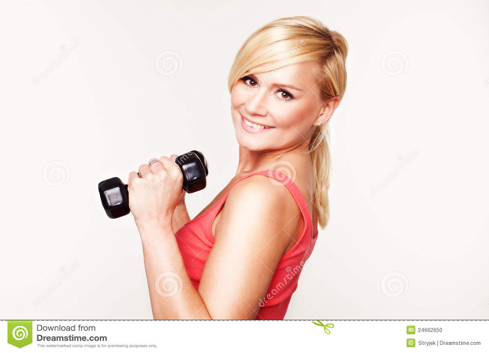 Menina bonita que mantem seu exercício bonito da forma