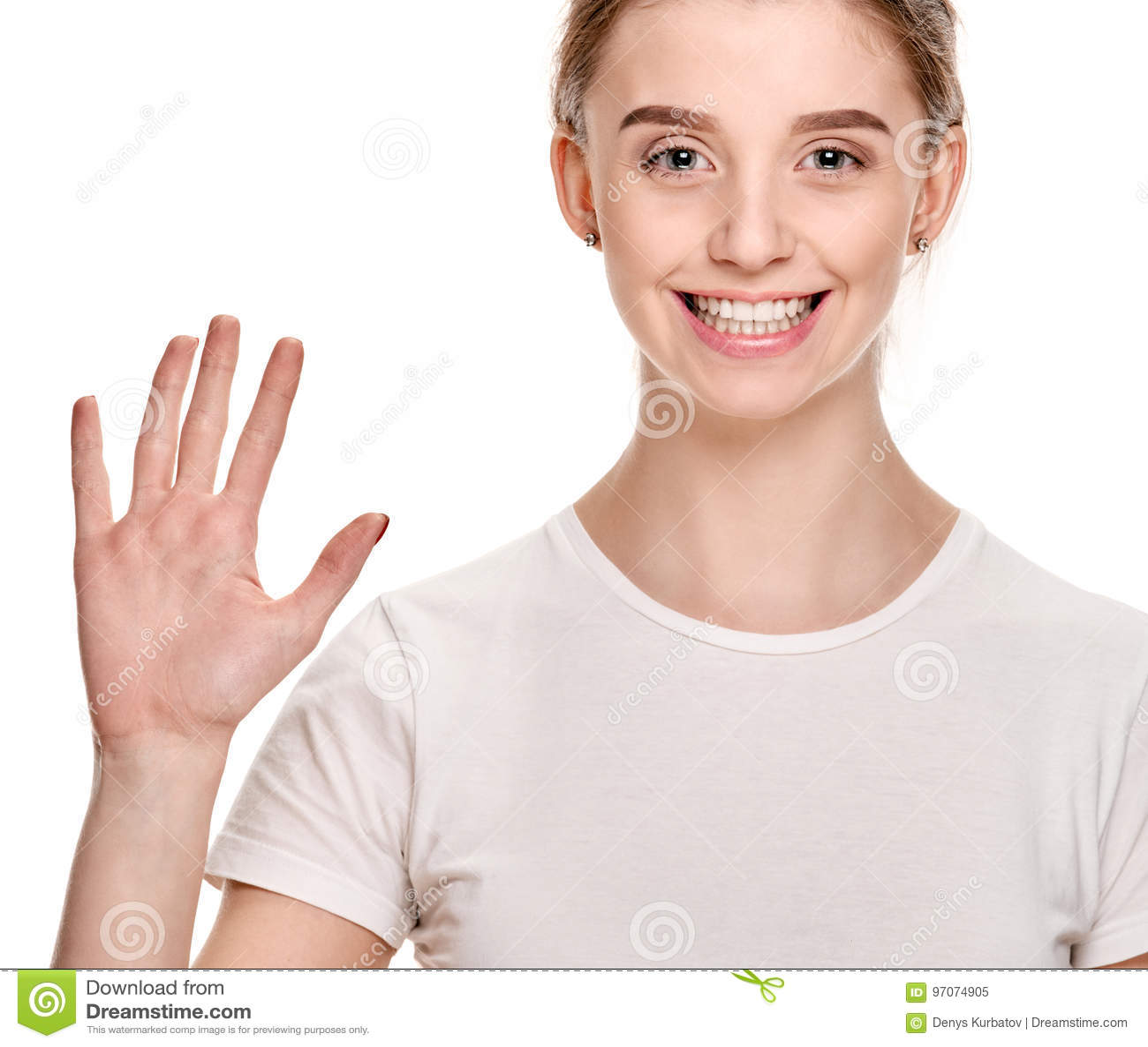 Menina bonita que mostra a palma