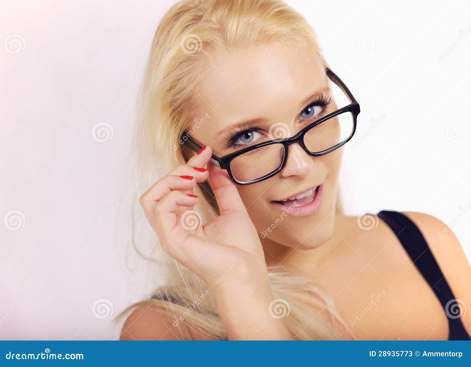 Menina bonita que olha muito esperta em seu Eyewear