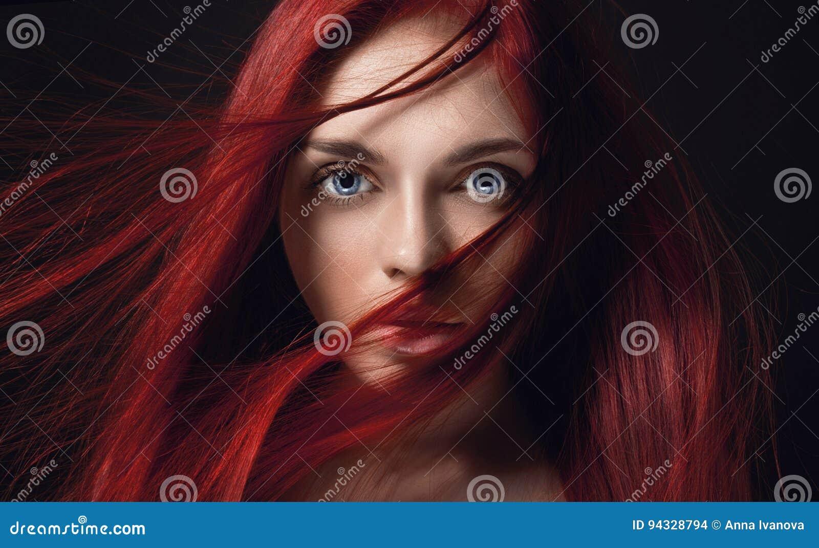 Menina bonita  sexy  do ruivo com cabelo longo Retrato perfeito da mulher no fundo preto Cabelo lindo e olhos azuis grandes profu