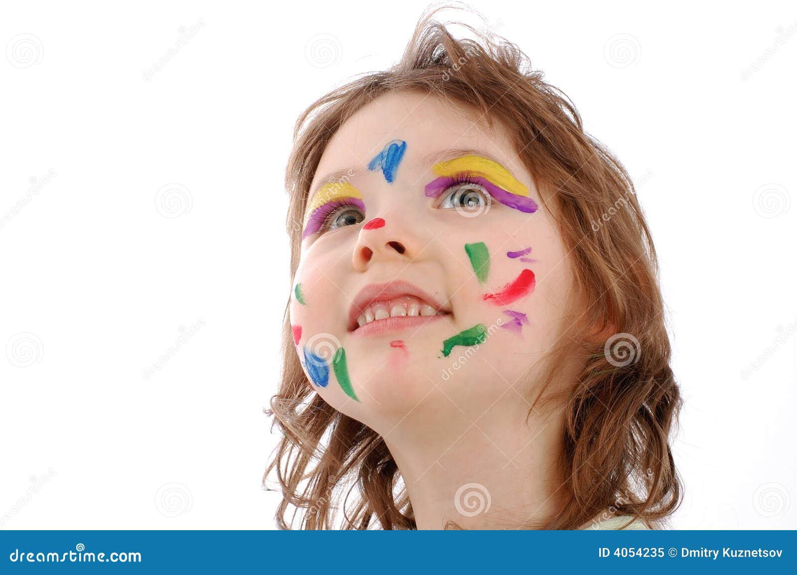 Menina bonito com face pintada