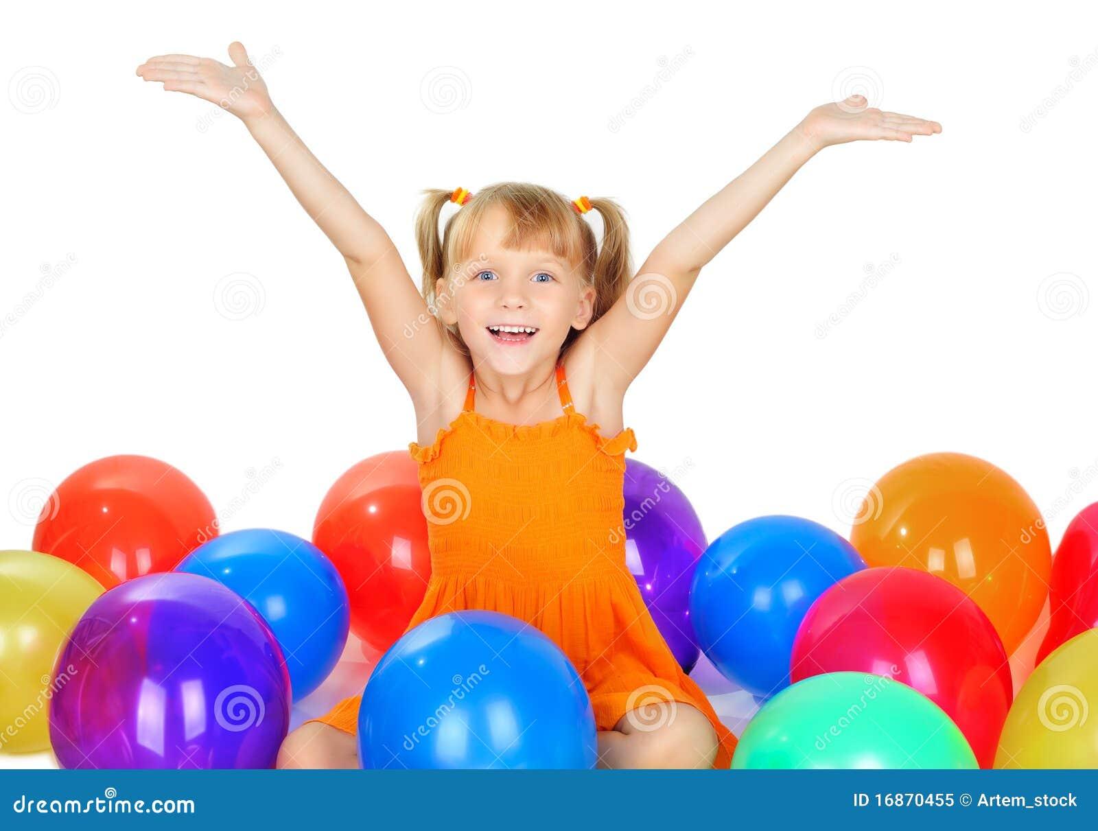 Menina bonito engraçada com baloons
