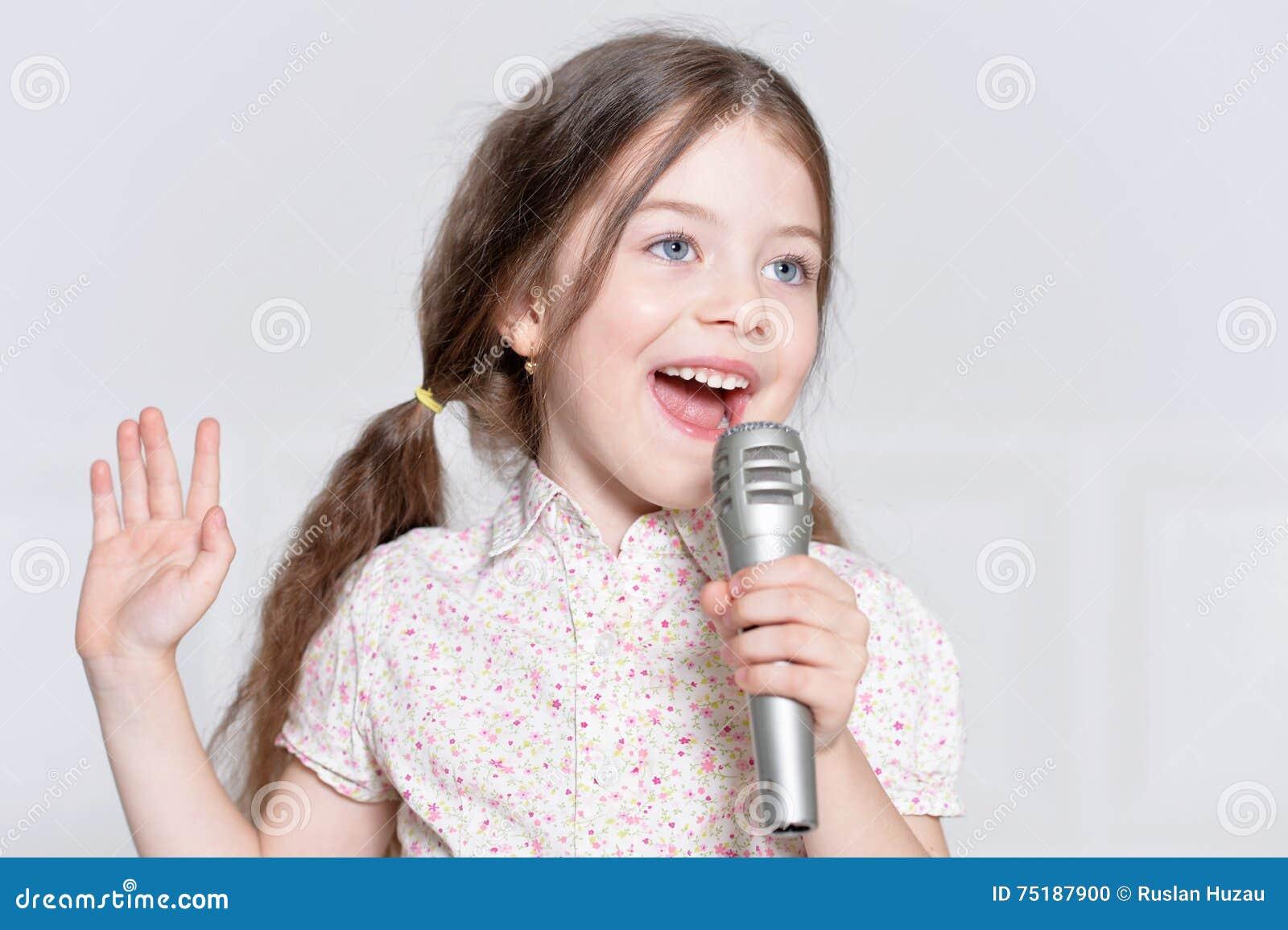 Menina bonito que canta