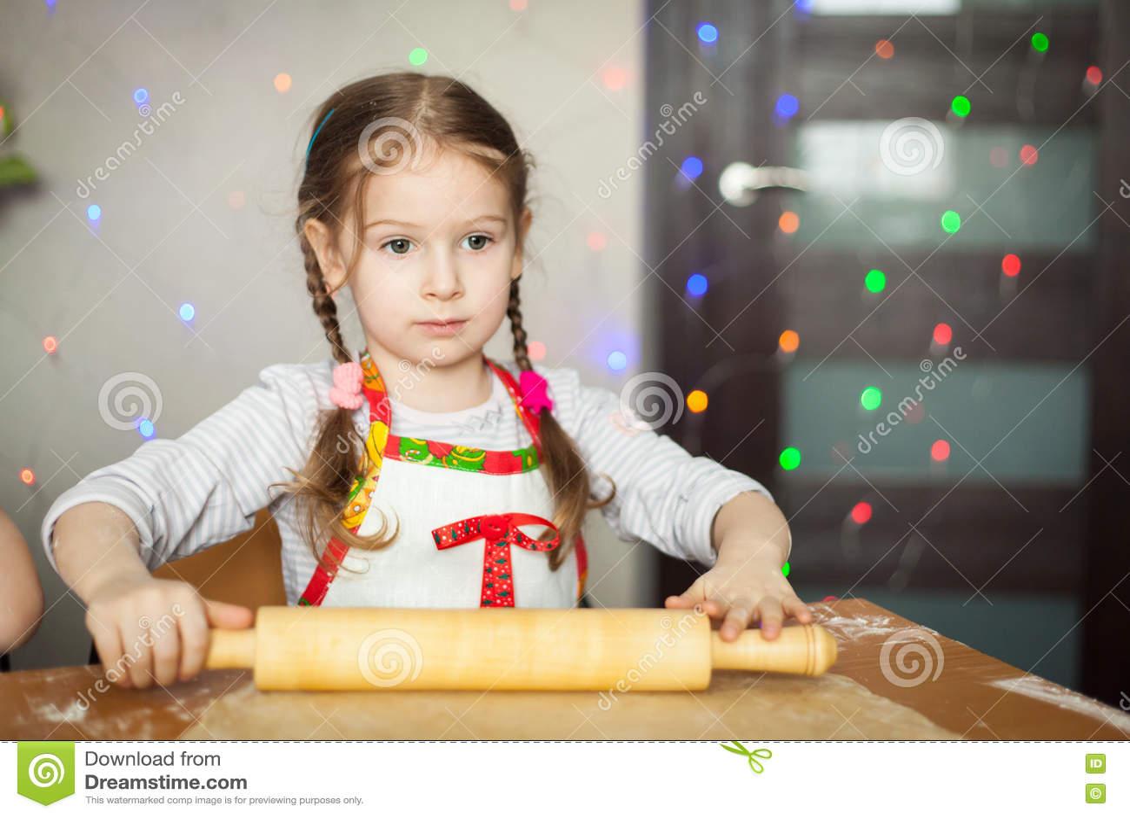 Menina bonito que faz a massa para cookies
