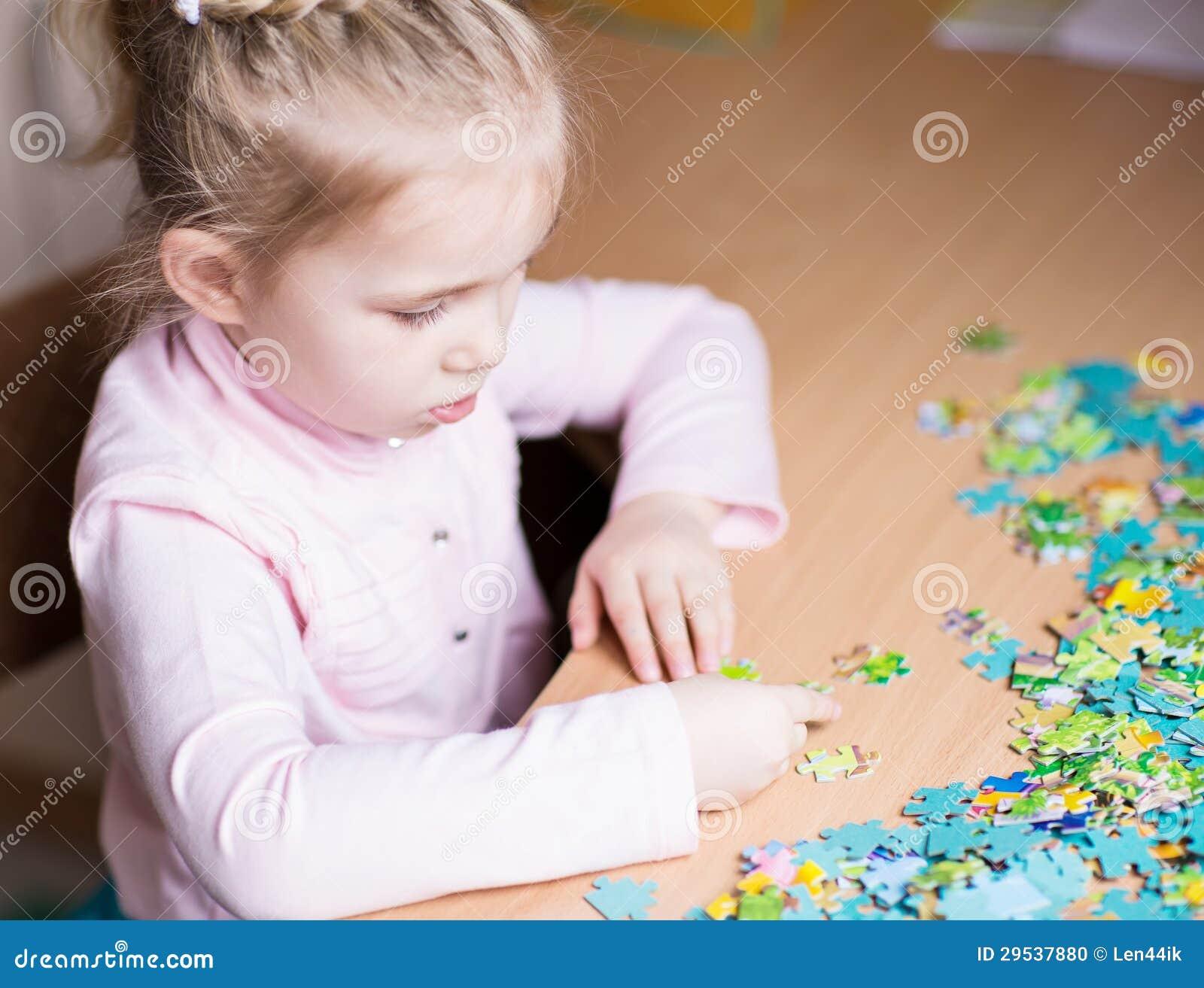 Menina bonito que resolve enigmas