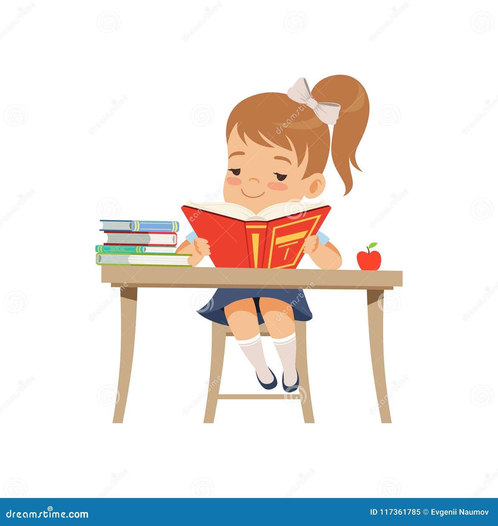 Menina bonito que senta-se na mesa e que lê um livro, estudante da escola primária na ilustração uniforme do vetor em um branco