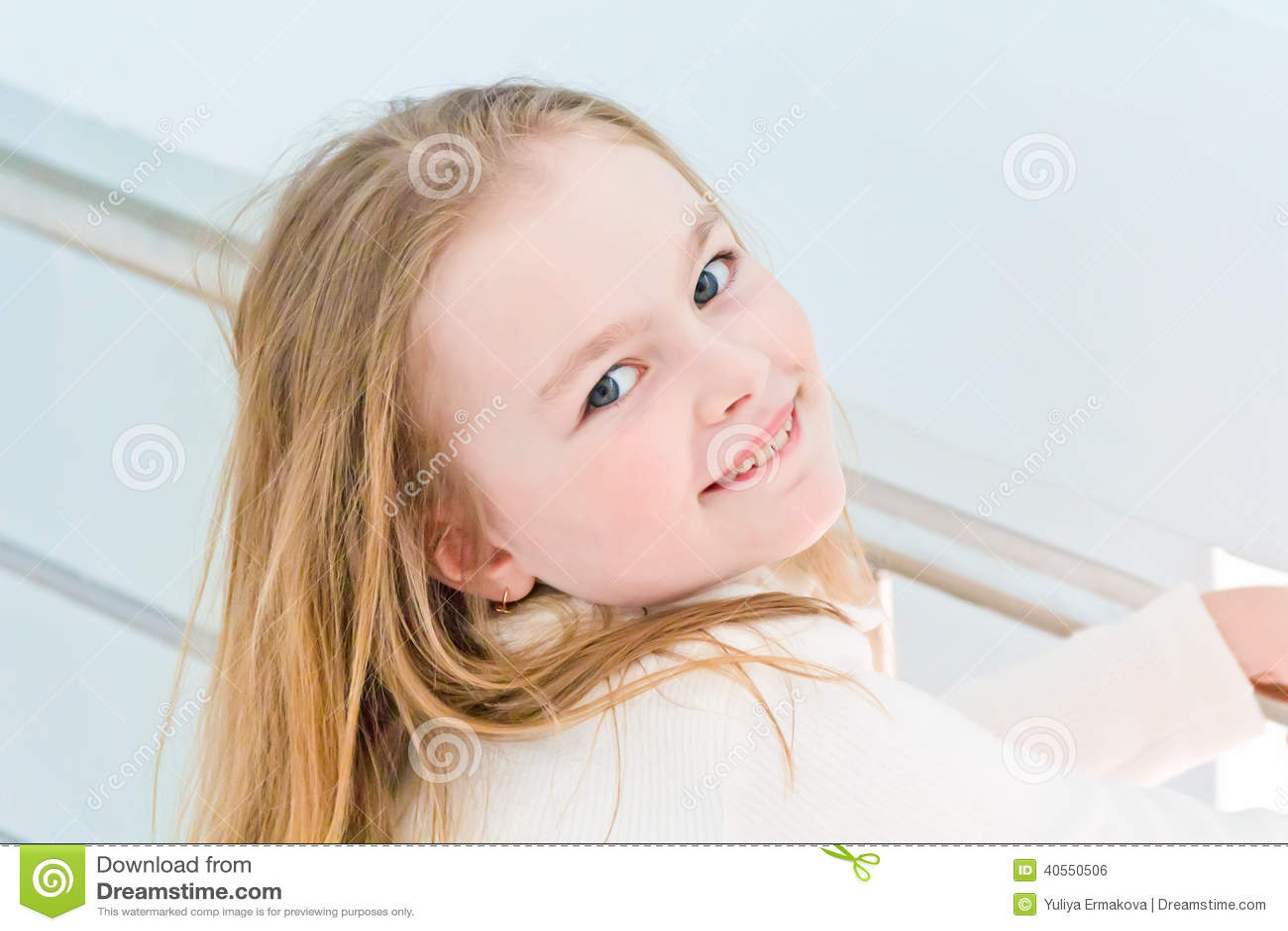 Menina bonito sete anos velha