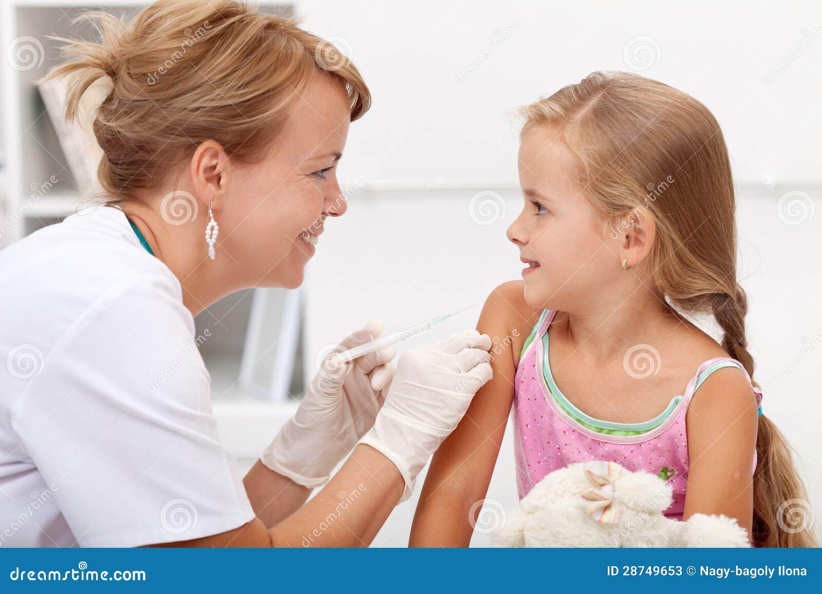 Menina brava que recebe a injeção