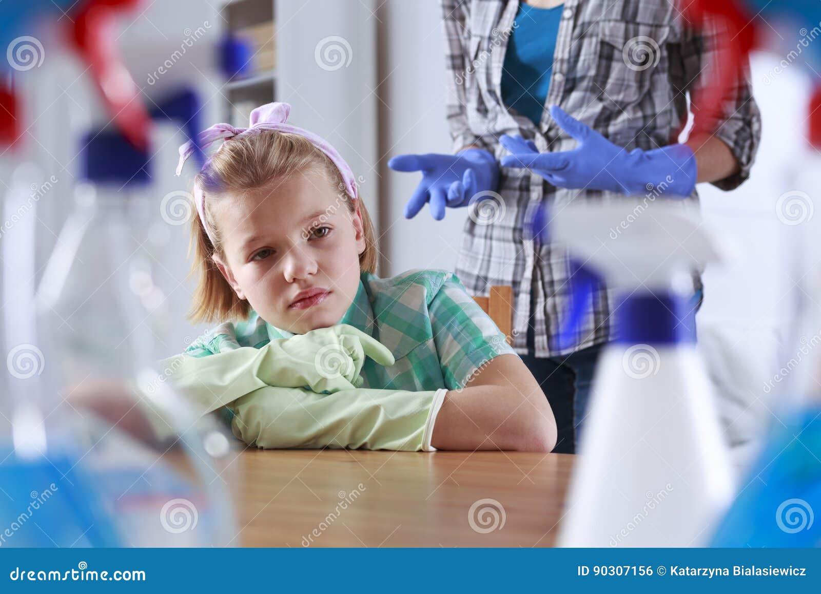 Menina cansado da limpeza