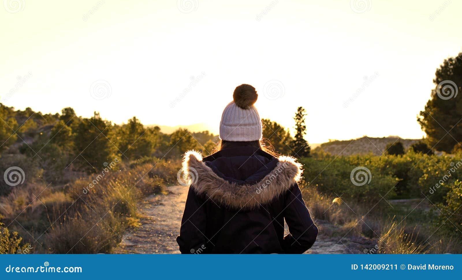 Menina caucasiano bonita fora na natureza no tempo do dia