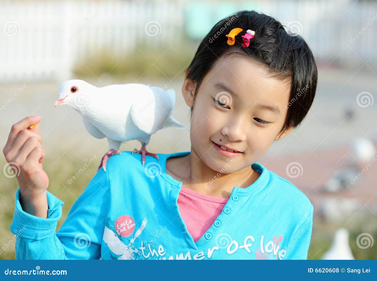Menina chinesa com pombo