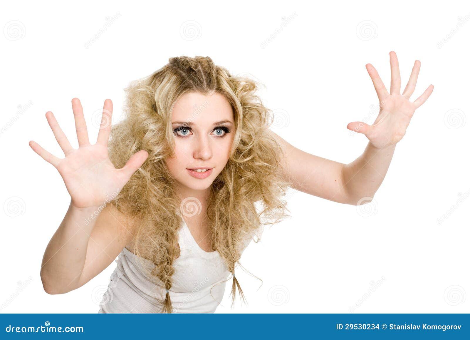 Menina com as palma da mão abertas