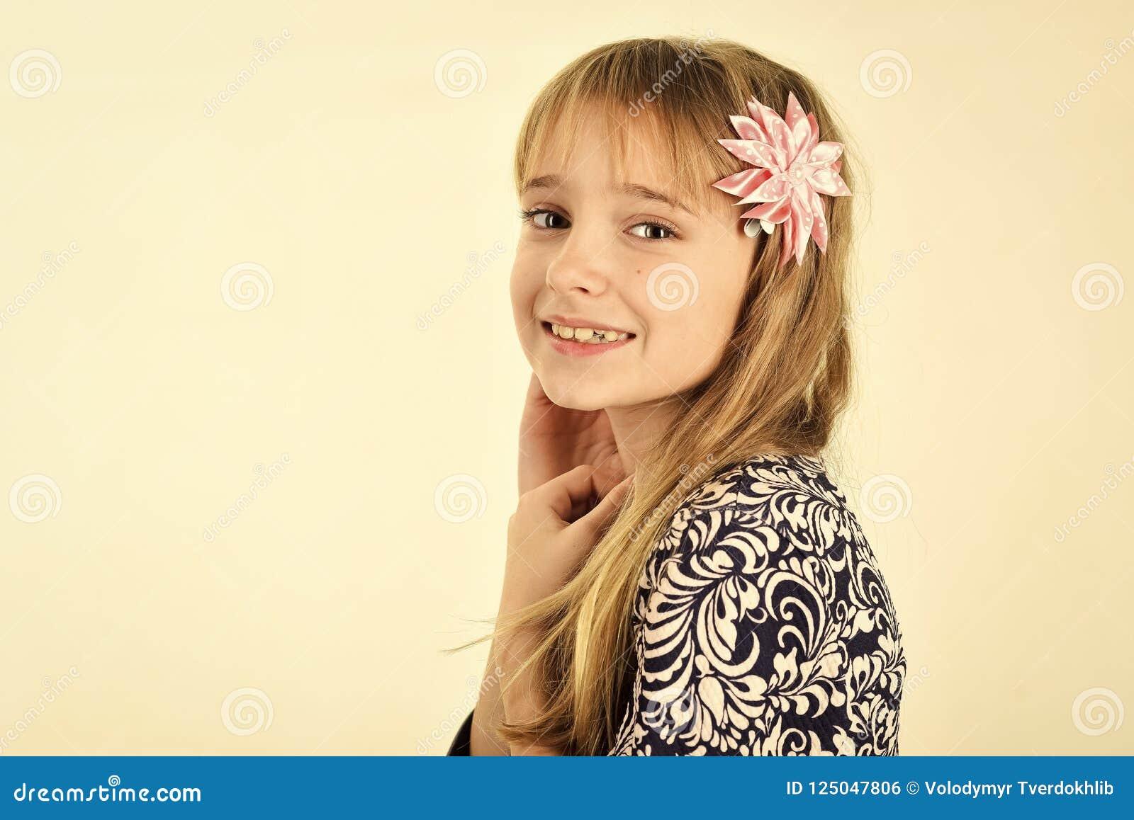 Menina com cabelo longo menina isolada no fundo branco, espaço da cópia