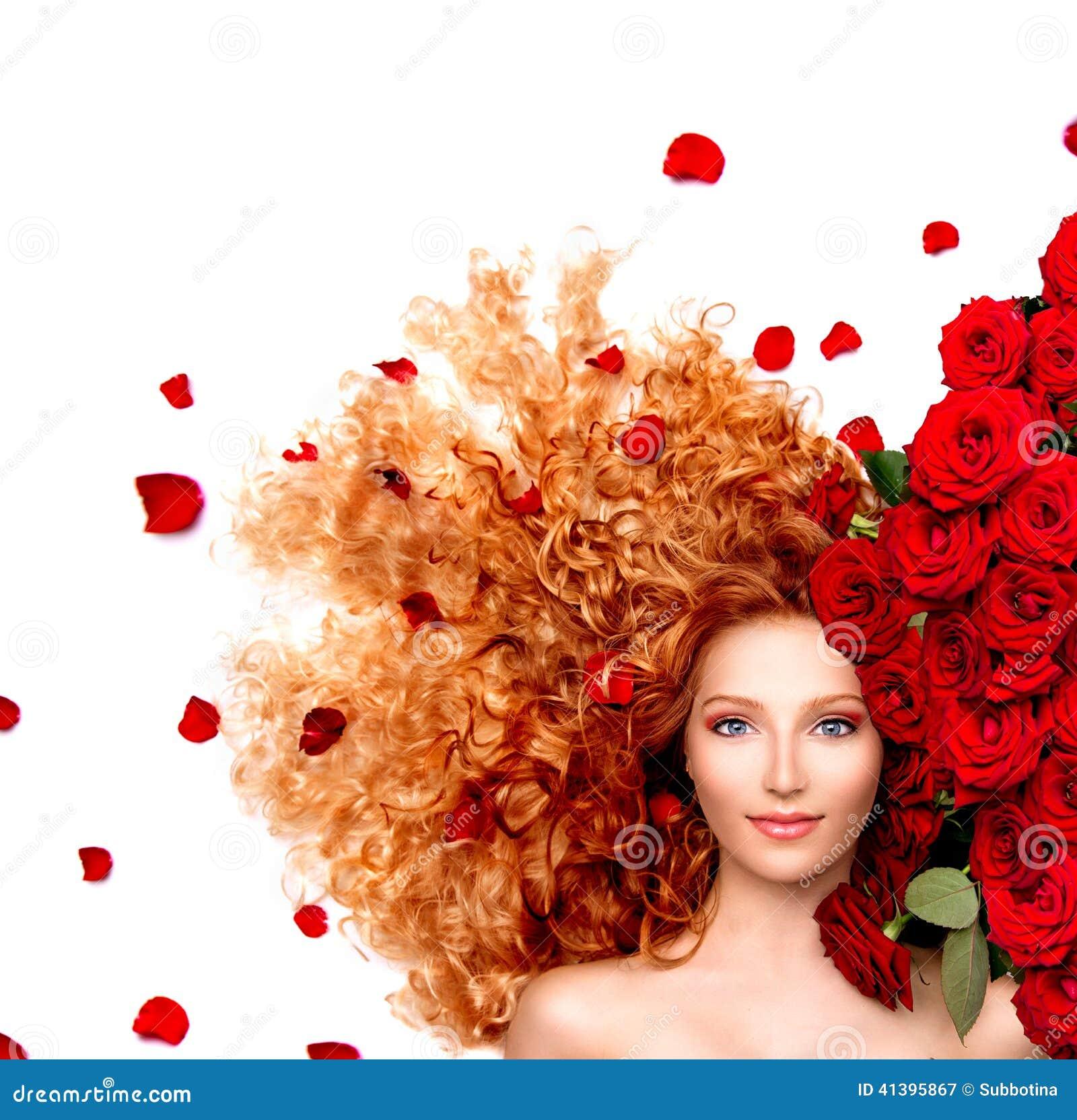 Menina com cabelo vermelho encaracolado e as rosas vermelhas bonitas