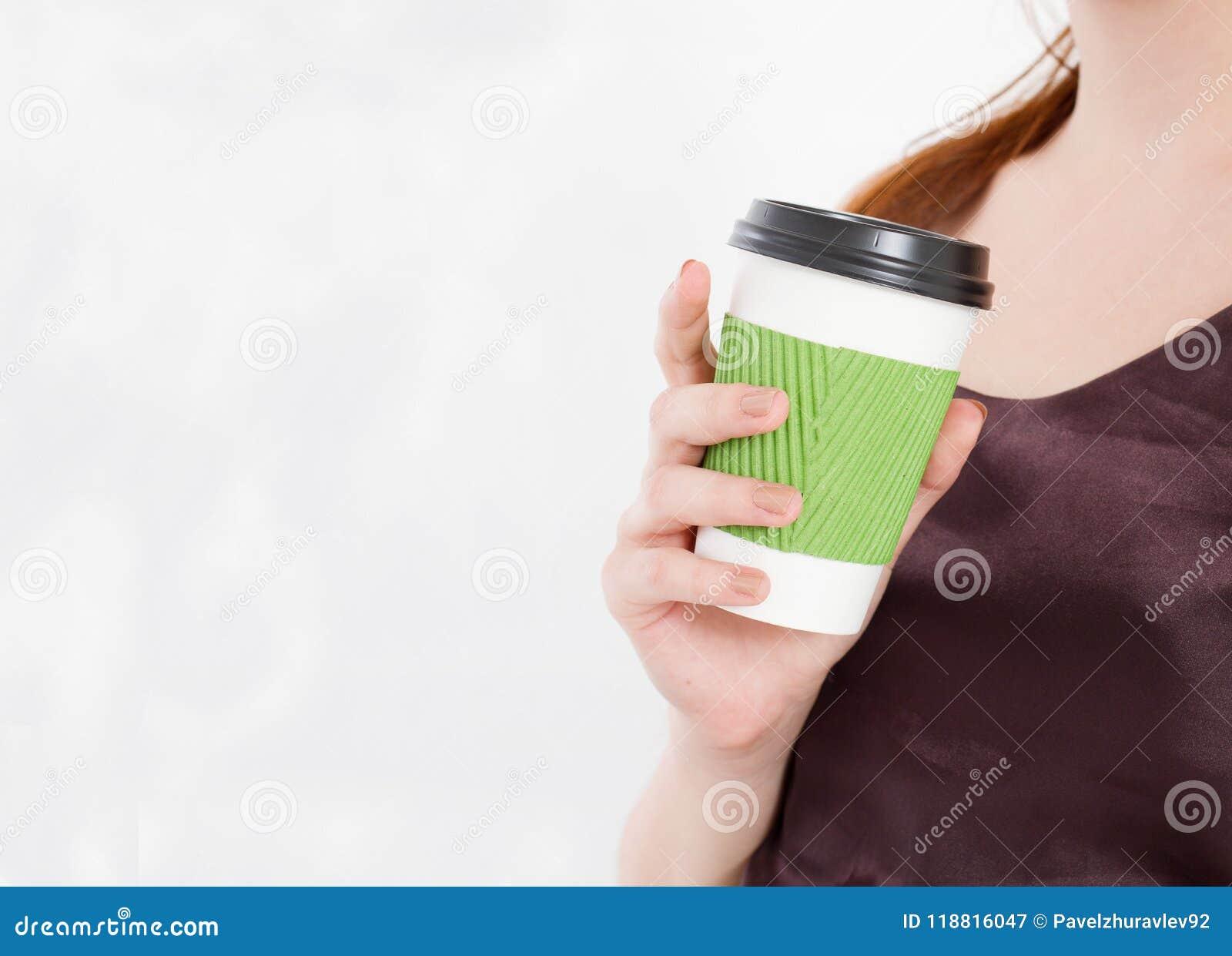 Menina com café Bebida da manhã Vista superior Zombaria acima Copie o espaço molde blank