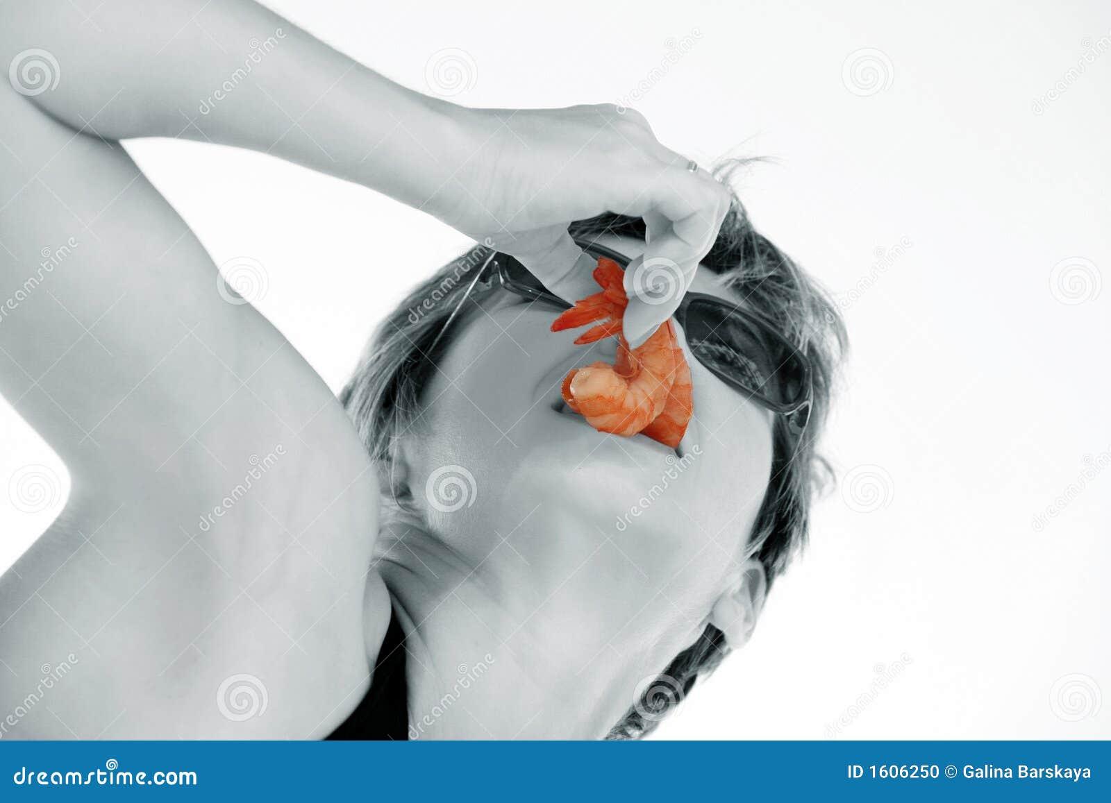 Menina com camarão