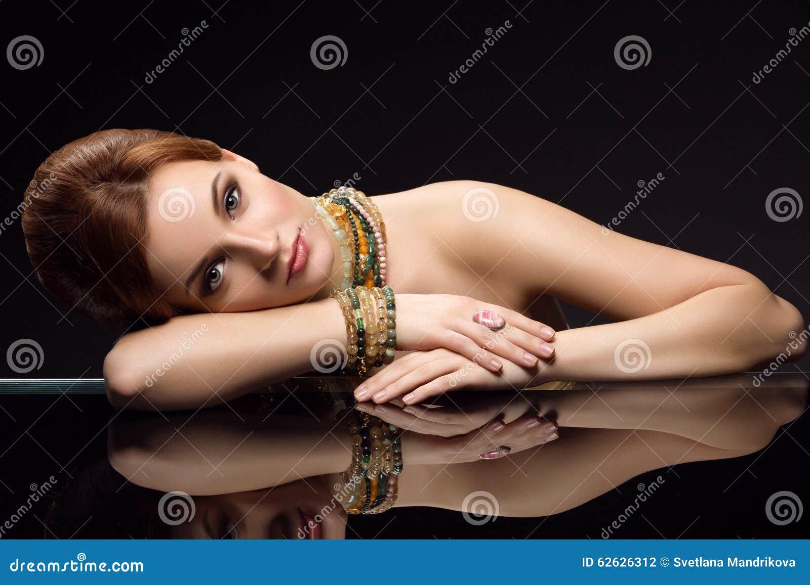 Menina com colar e braceletes