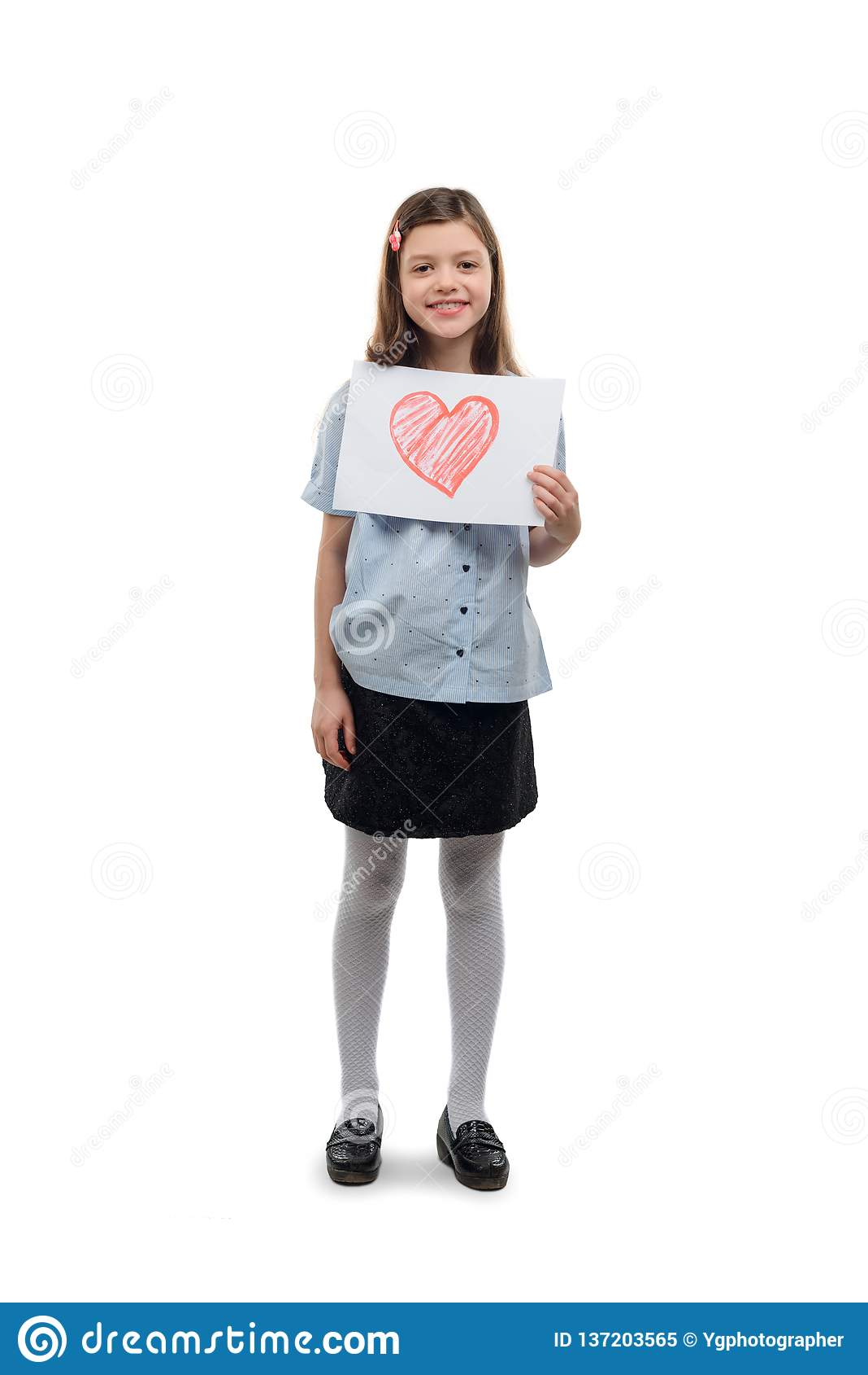 Menina com coração pintado