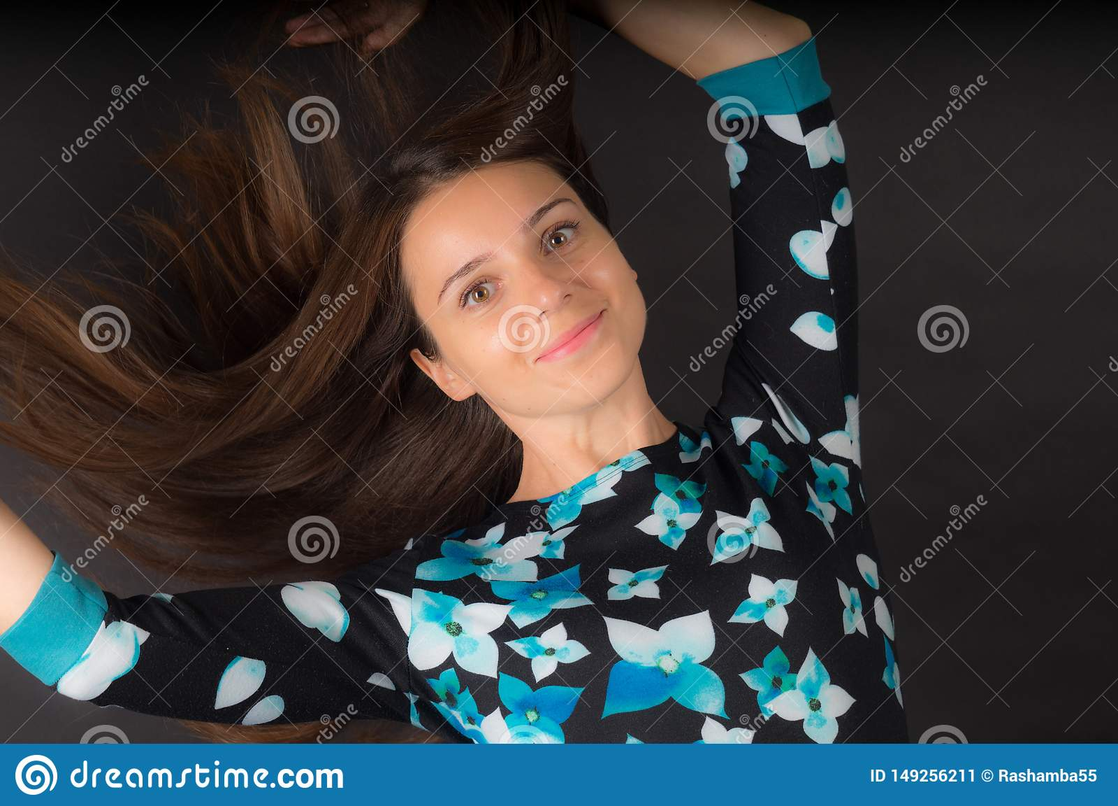 A menina com desenvolver o cabelo longo no fundo preto