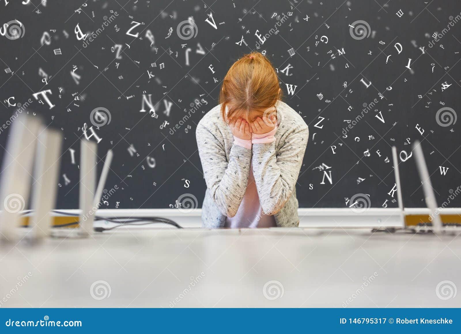 Menina com dislexia ou dislexia na escola