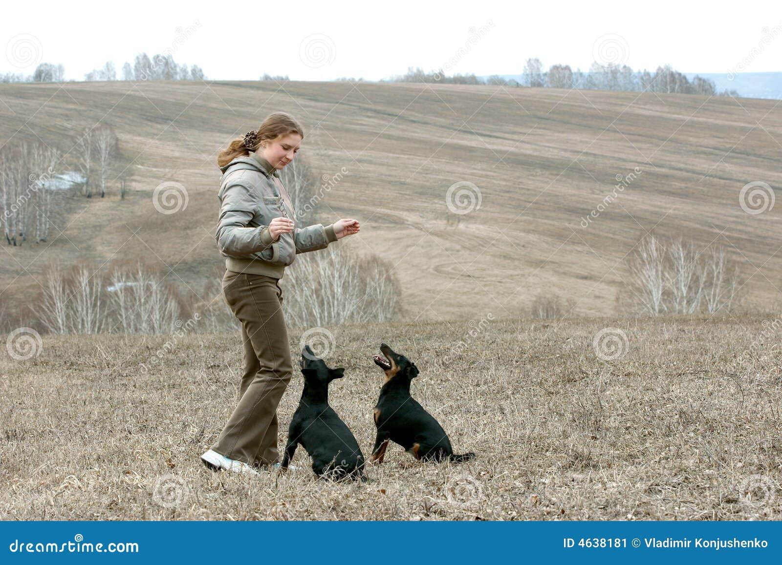A menina com dois cães